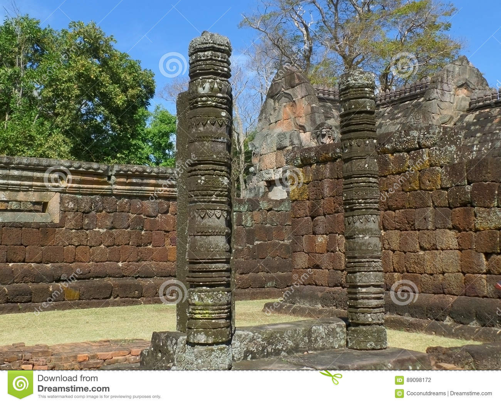 Mooie historische overblijfselen en oude steenmuren van de Sport van Prasat Hin Phanom