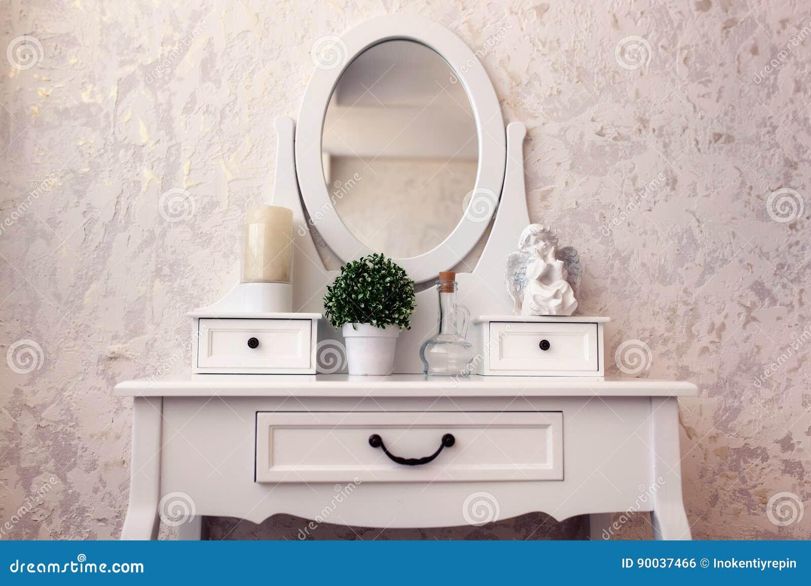 Toilettafel Met Spiegel Wit.Mooie Houten Toilettafel Met Spiegel Op Wit Behang Als Achtergrond