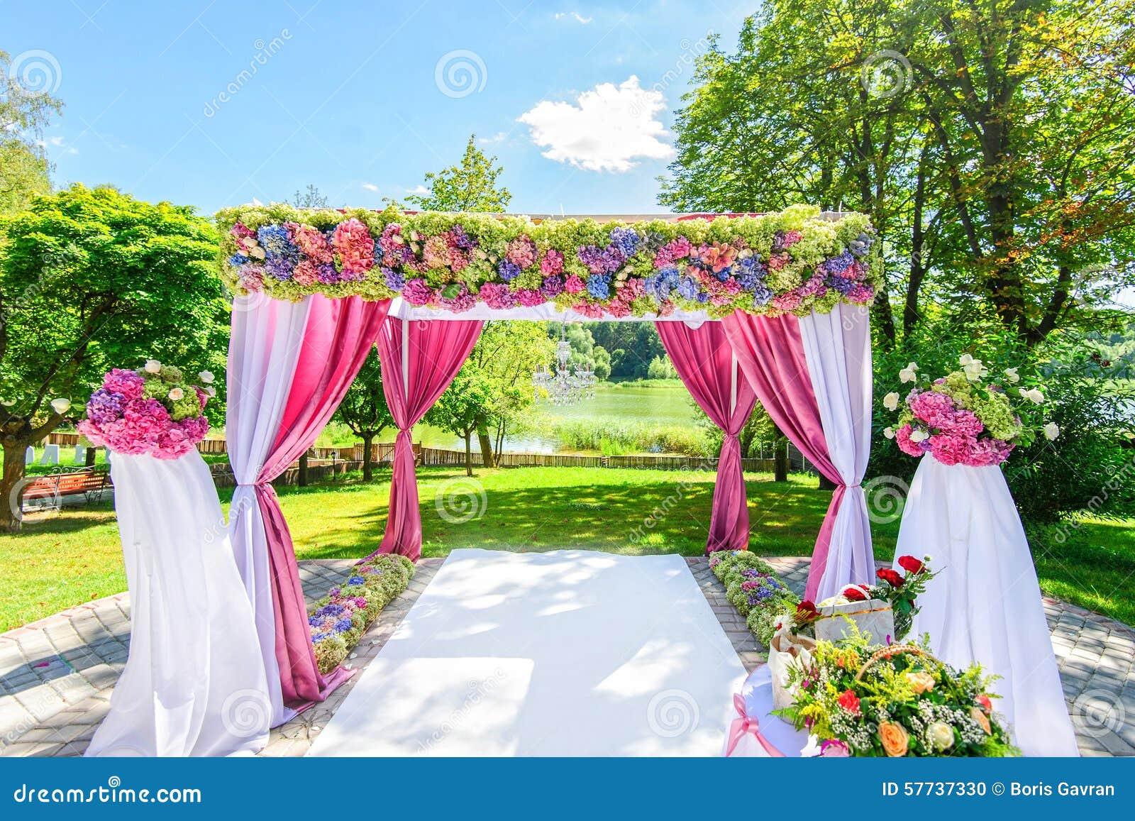 Mooie huwelijksboog met bloemen in tuin