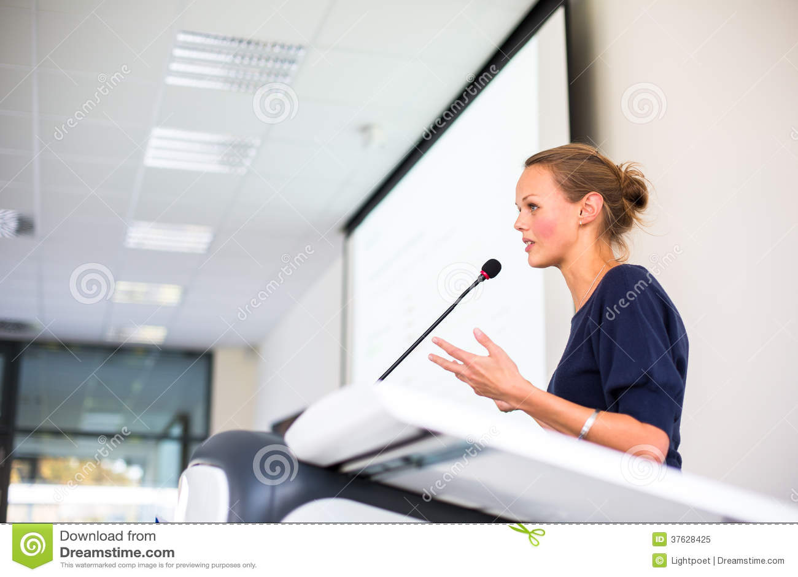 Mooie, jonge bedrijfsvrouw die een presentatie geven