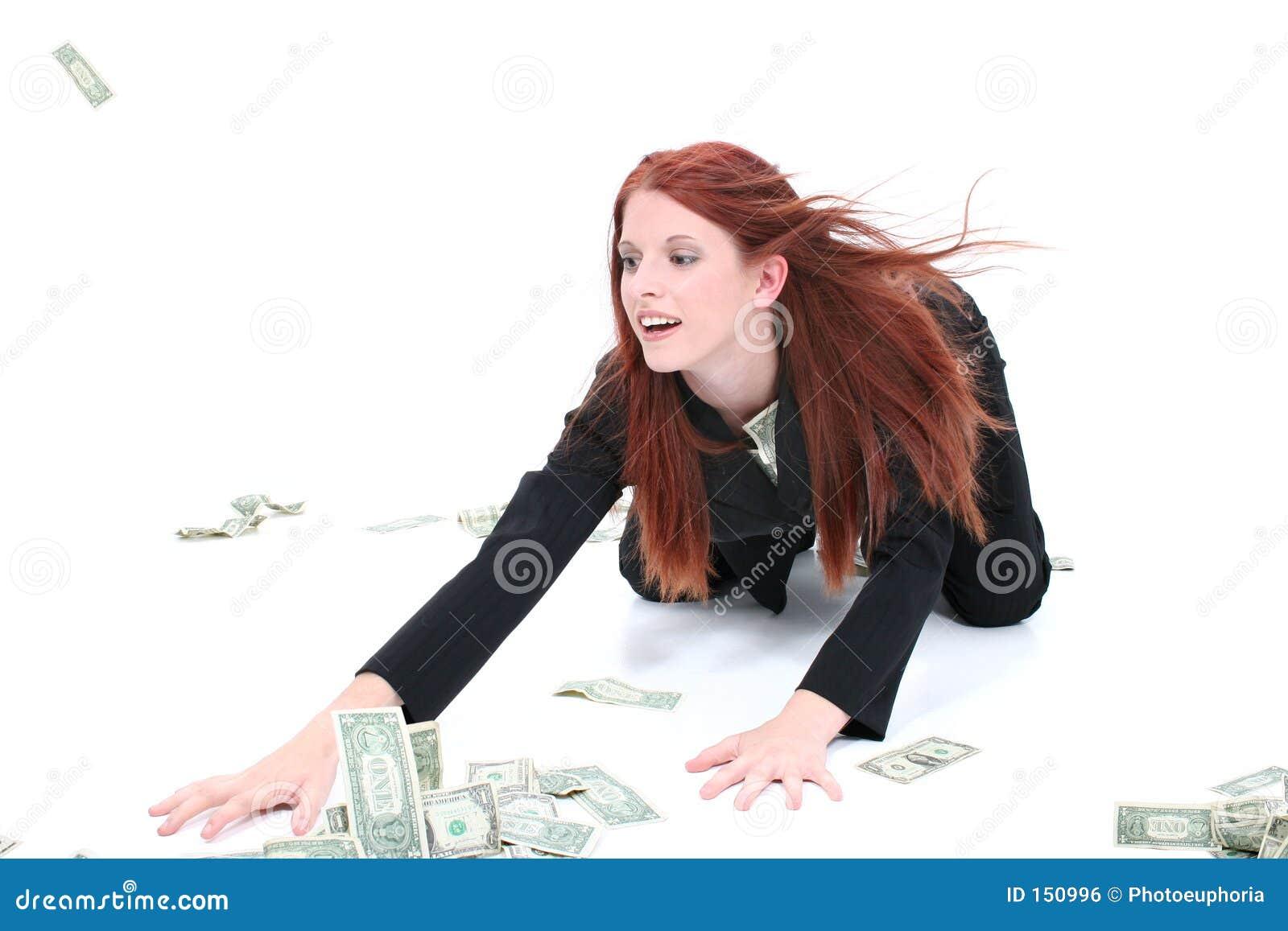 Mooie Jonge BedrijfsVrouw die op Vloer omhoog Contant geld grijpt