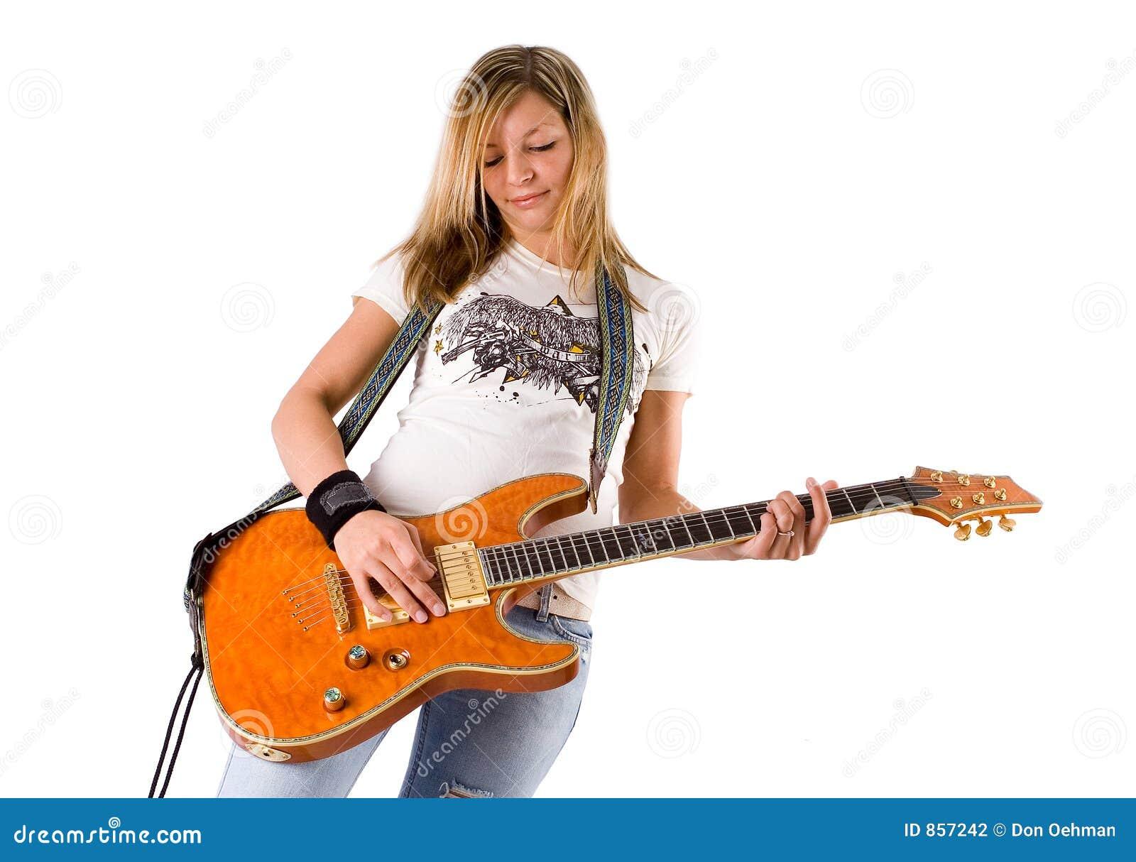 Mooie jonge blonde vrouw het spelen gitaar 2