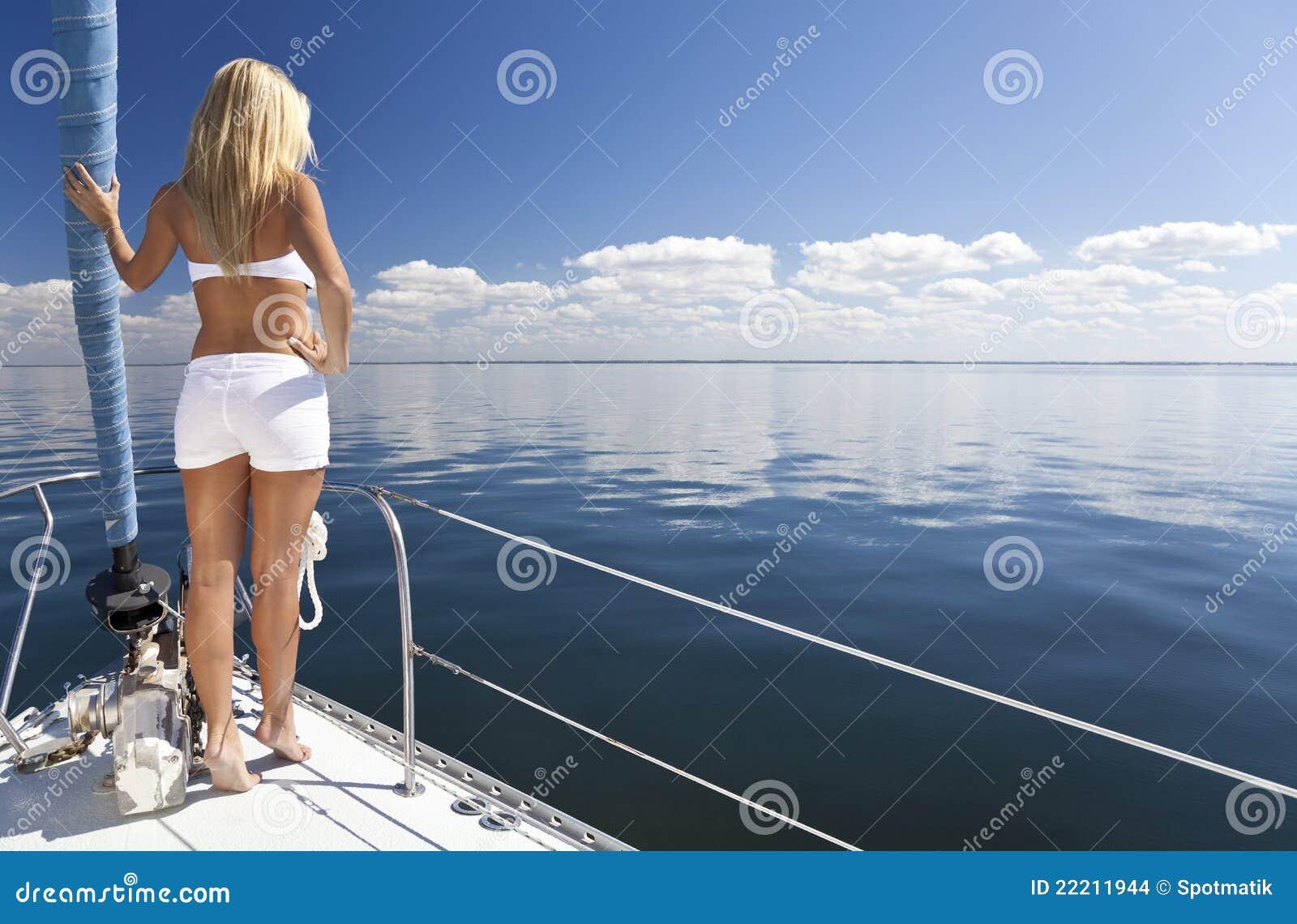 Mooie Jonge Blonde Vrouw Op Een Boot Van Het Zeil Stock