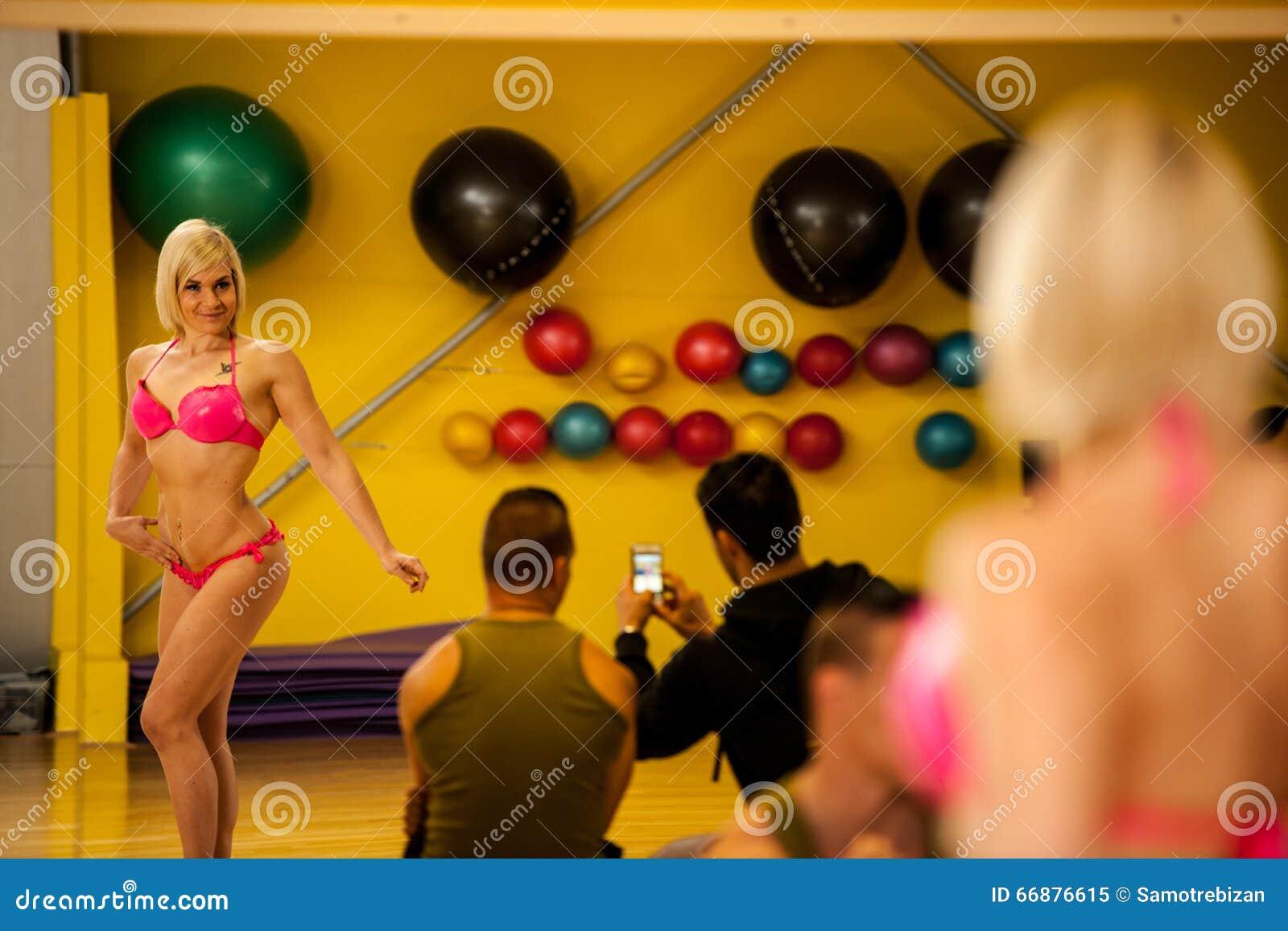 Mooie jonge de concurrenttreinen die van de bikinigeschiktheid vóór t stellen