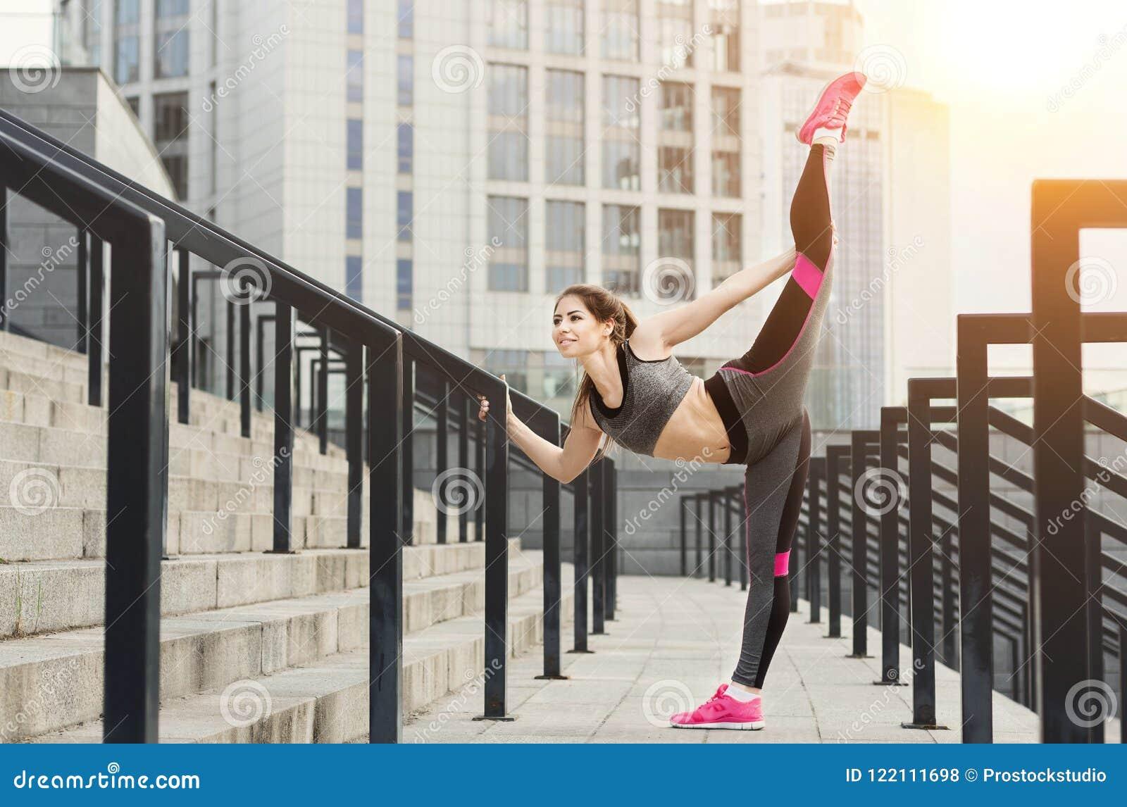 Mooie jonge geschikte vrouw die verticale streng doen