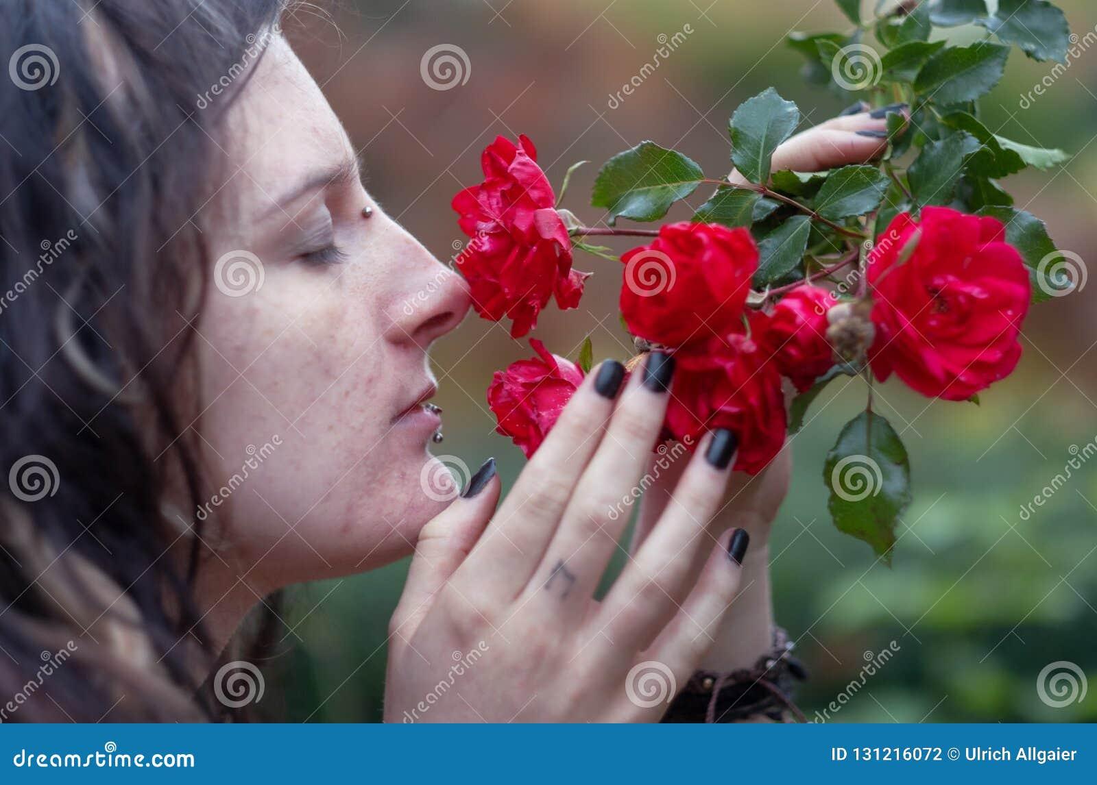 Mooie jonge individuele, zonderlinge vrouw, met het aantrekkelijke dreadlocks, doordringen en tatoegering, die met ogen sloten