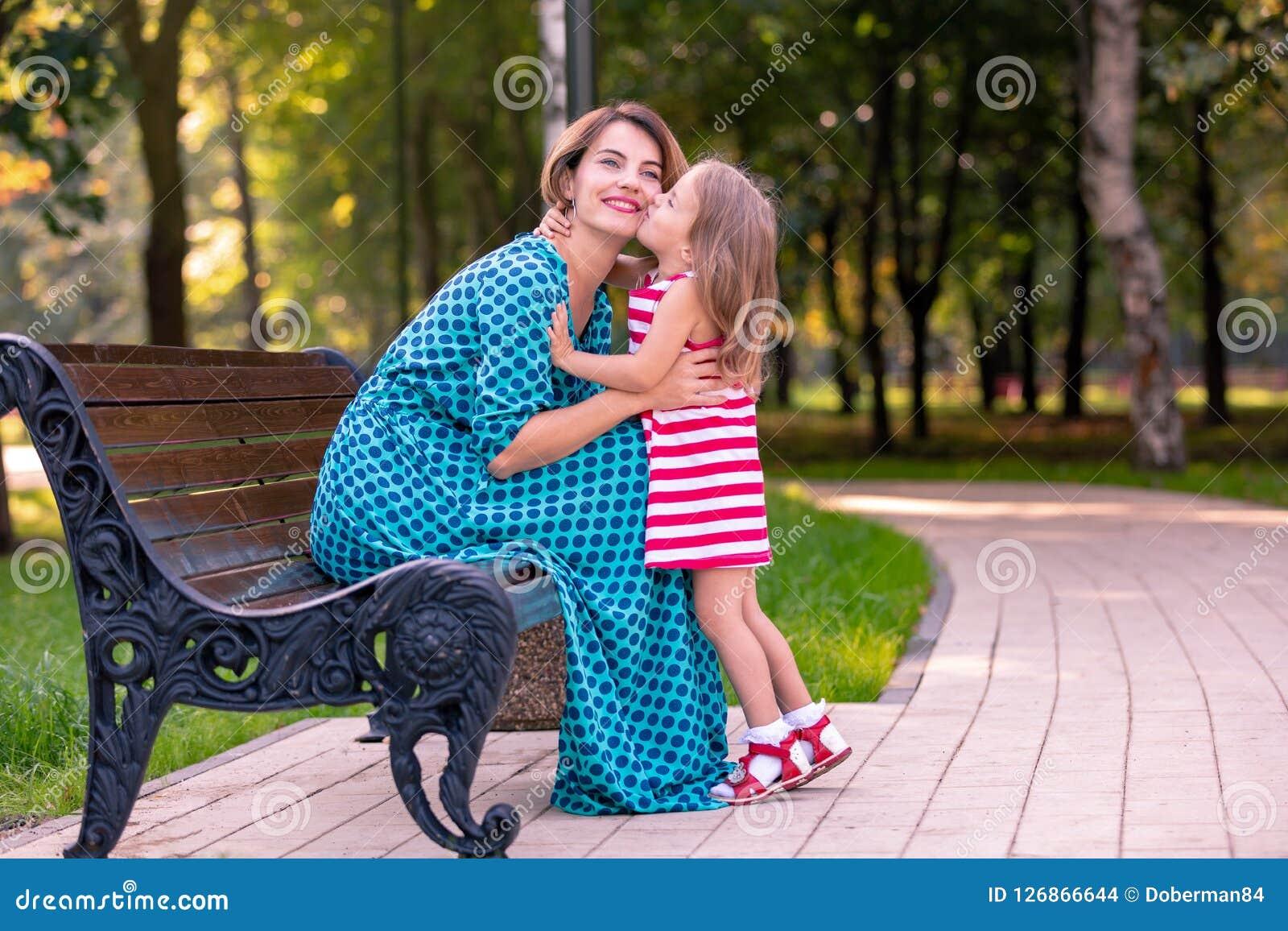 Mooie jonge mamma en dochter in warme zonnige de zomerdag Gelukkig familiemoeder en kind weinig dochter het spelen en Stock Afbeeldingen