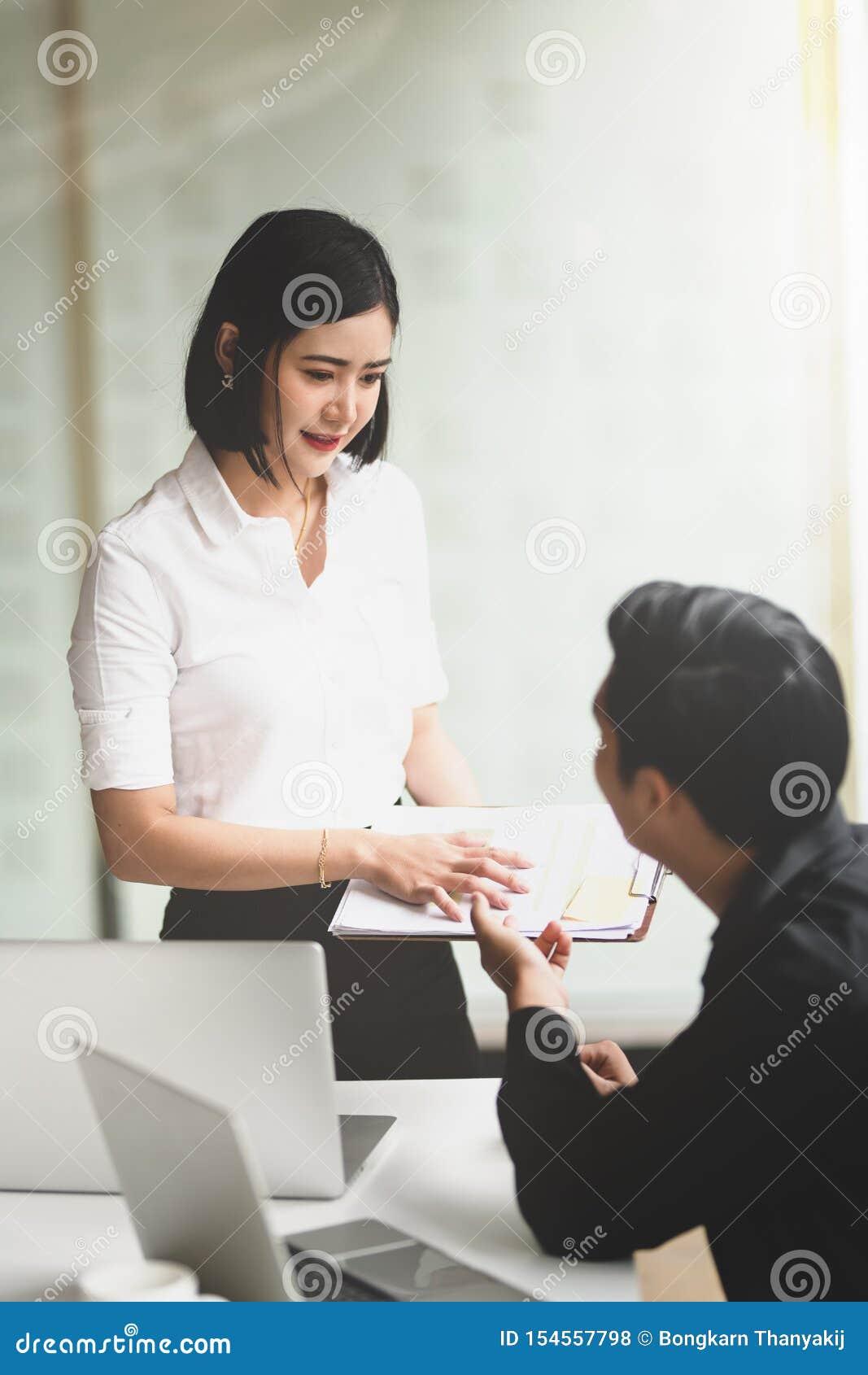 Mooie jonge secretaresse die nieuwe gegevens verstrekken aan haar werkgever