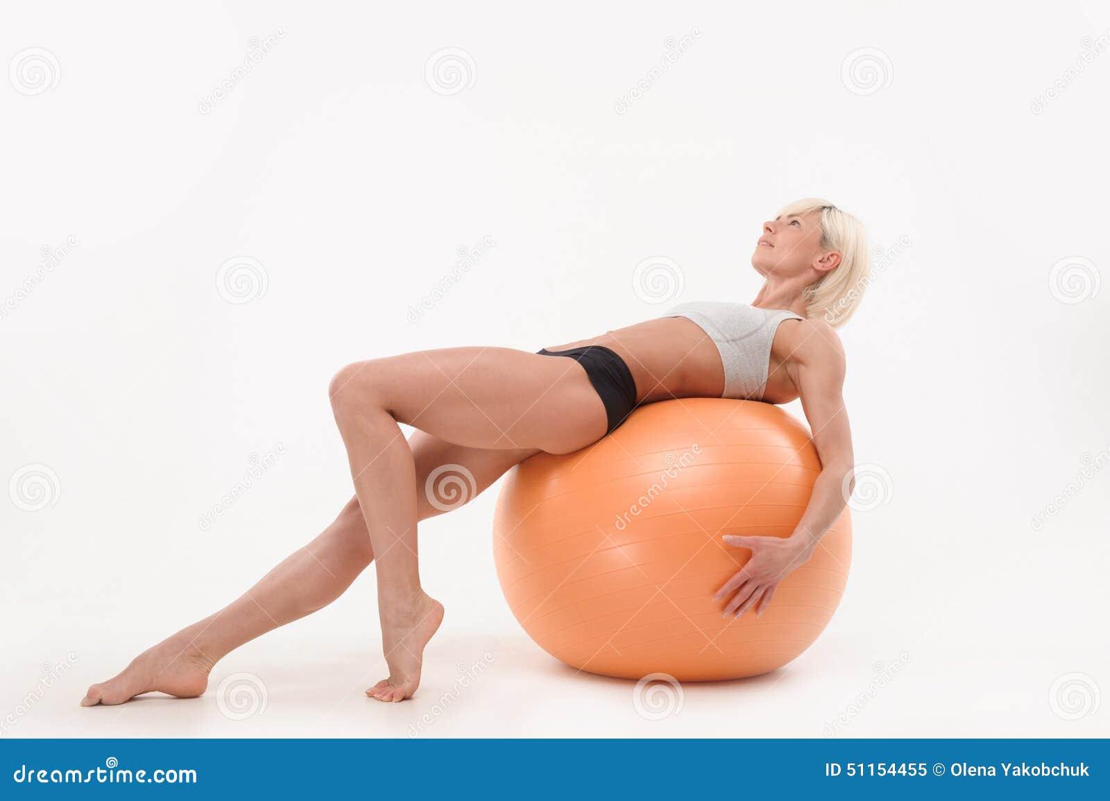 Mooie jonge vrouw in de gymnastiek