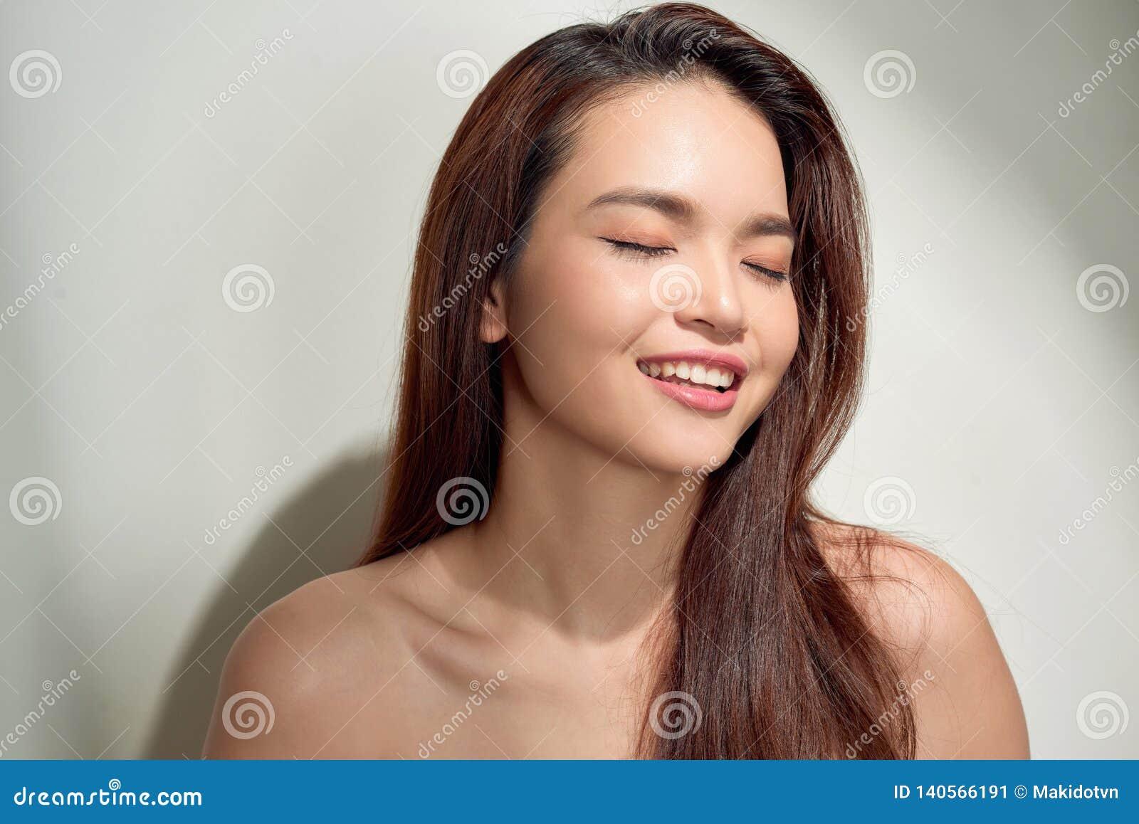 Mooie jonge vrouw die beneden en met exemplaarruimte kijken denken Portretgezicht van schuw donkerbruin meisje dat op witte achte