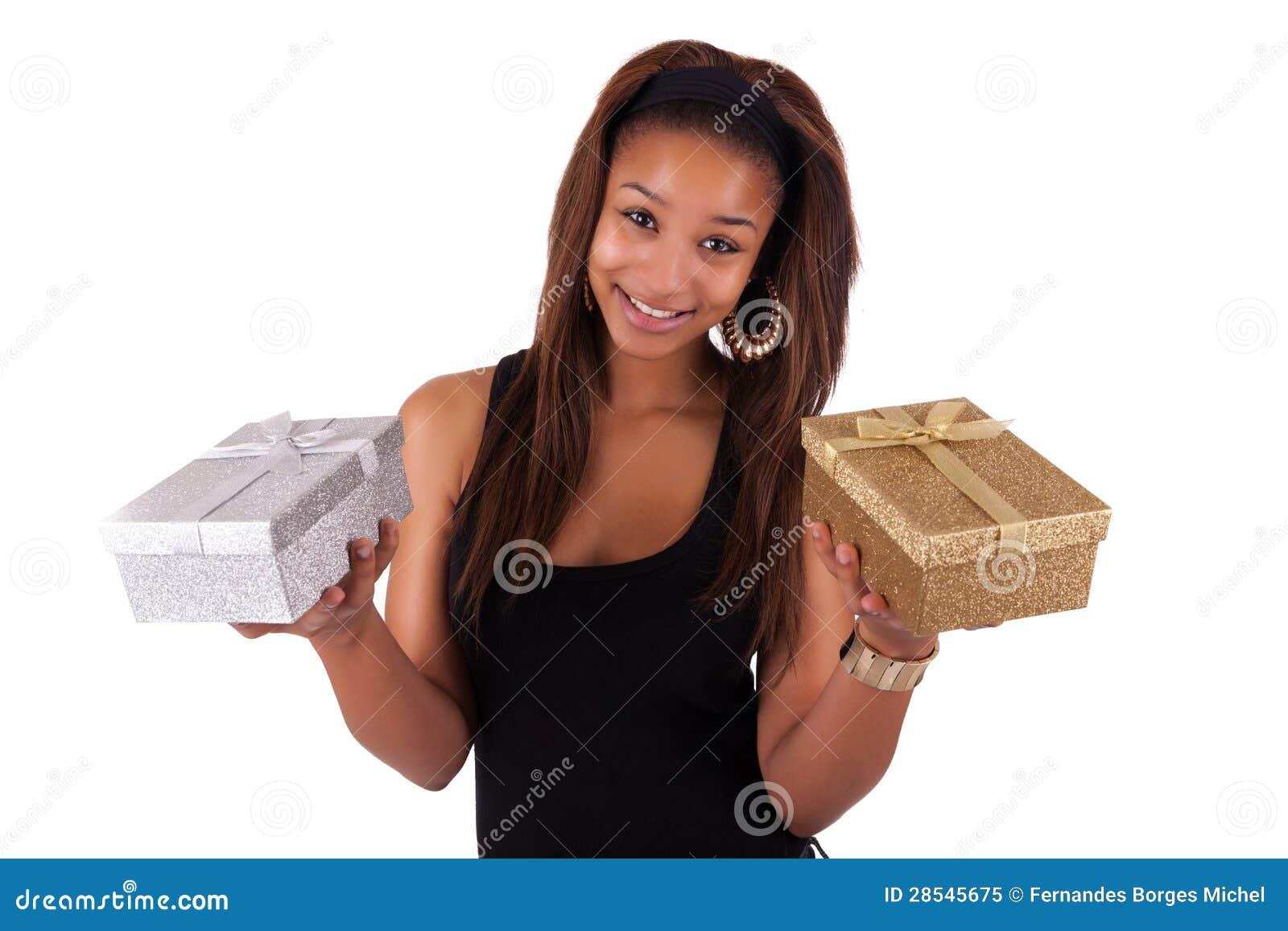Mooie jonge vrouw die een gift houden, die op wit wordt geïsoleerd