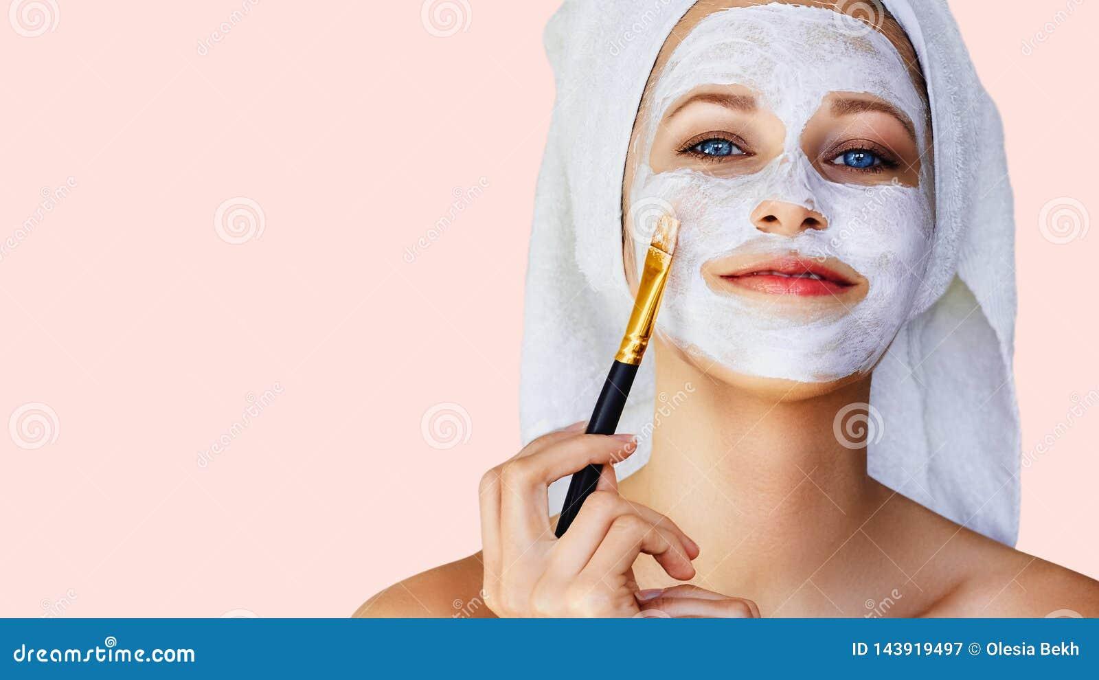 Mooie jonge vrouw die gezichtsmasker op haar gezicht met borstel toepassen Huidzorg en behandeling, kuuroord, natuurlijke schoonh