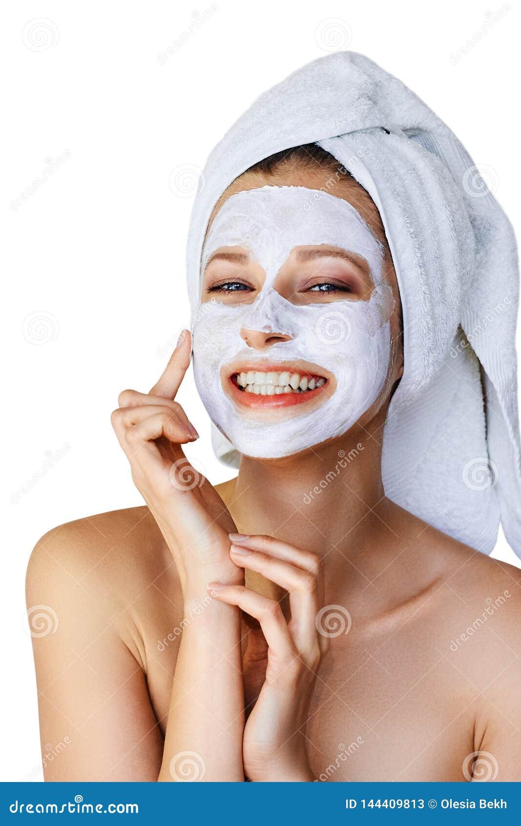 Mooie jonge vrouw die gezichtsmasker op haar gezicht toepassen Huidzorg en behandeling, kuuroord, natuurlijk schoonheid en de kos