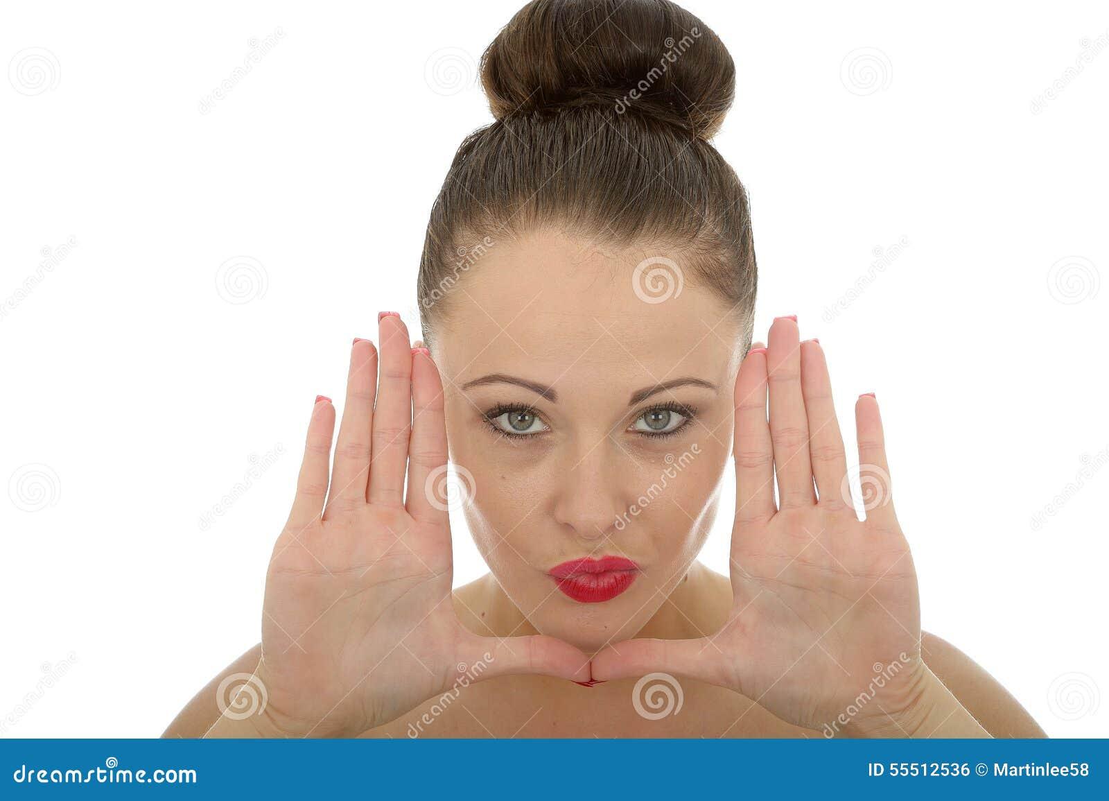 Mooie Jonge Vrouw die Haar Gezicht met Haar Handen ontwerpen die Ha kijken