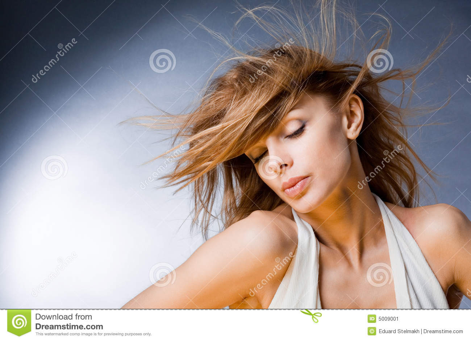 Mooie jonge vrouw die van de wind geniet