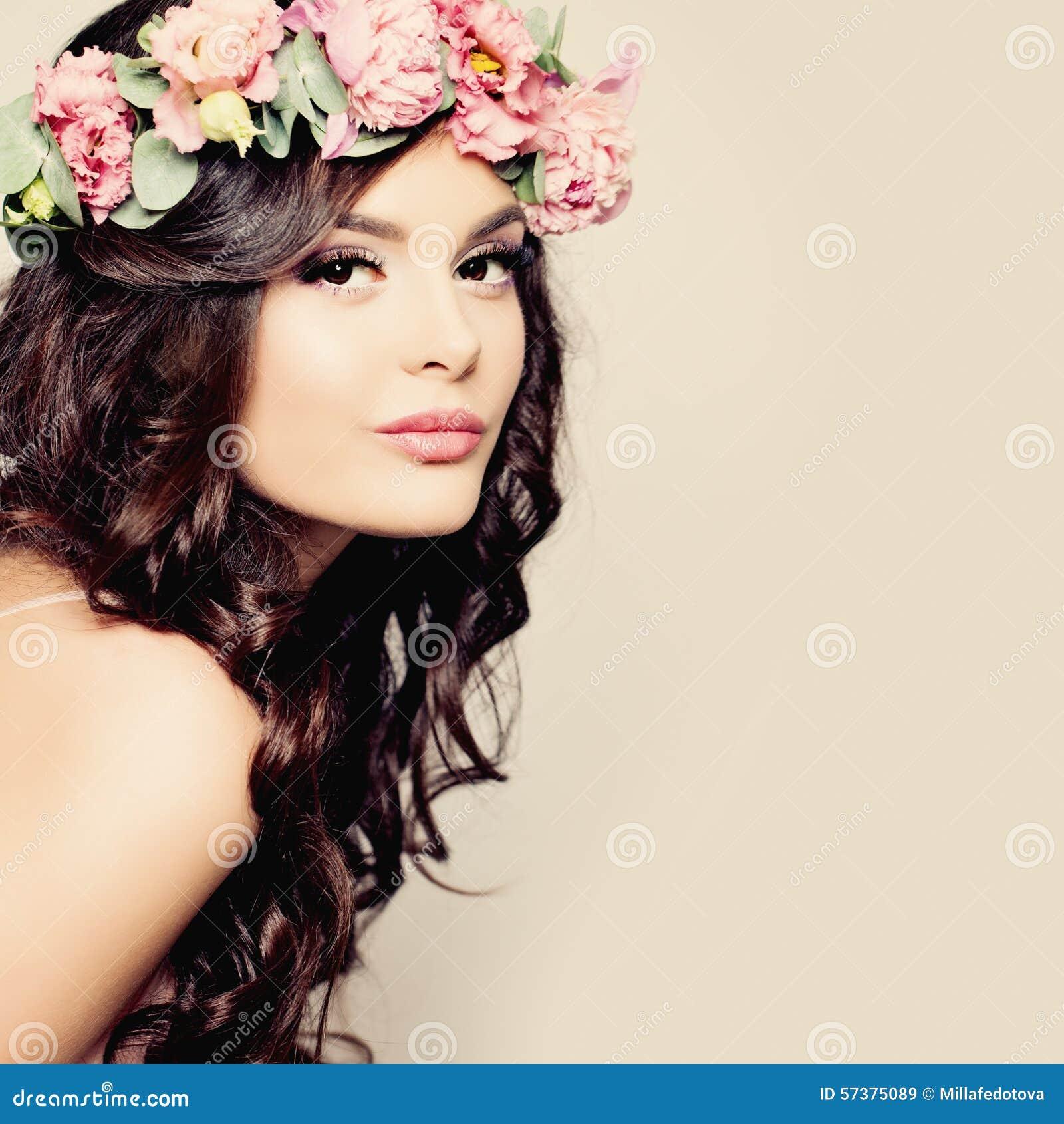 Mooie Jonge Vrouw met de Zomer Roze Bloemen