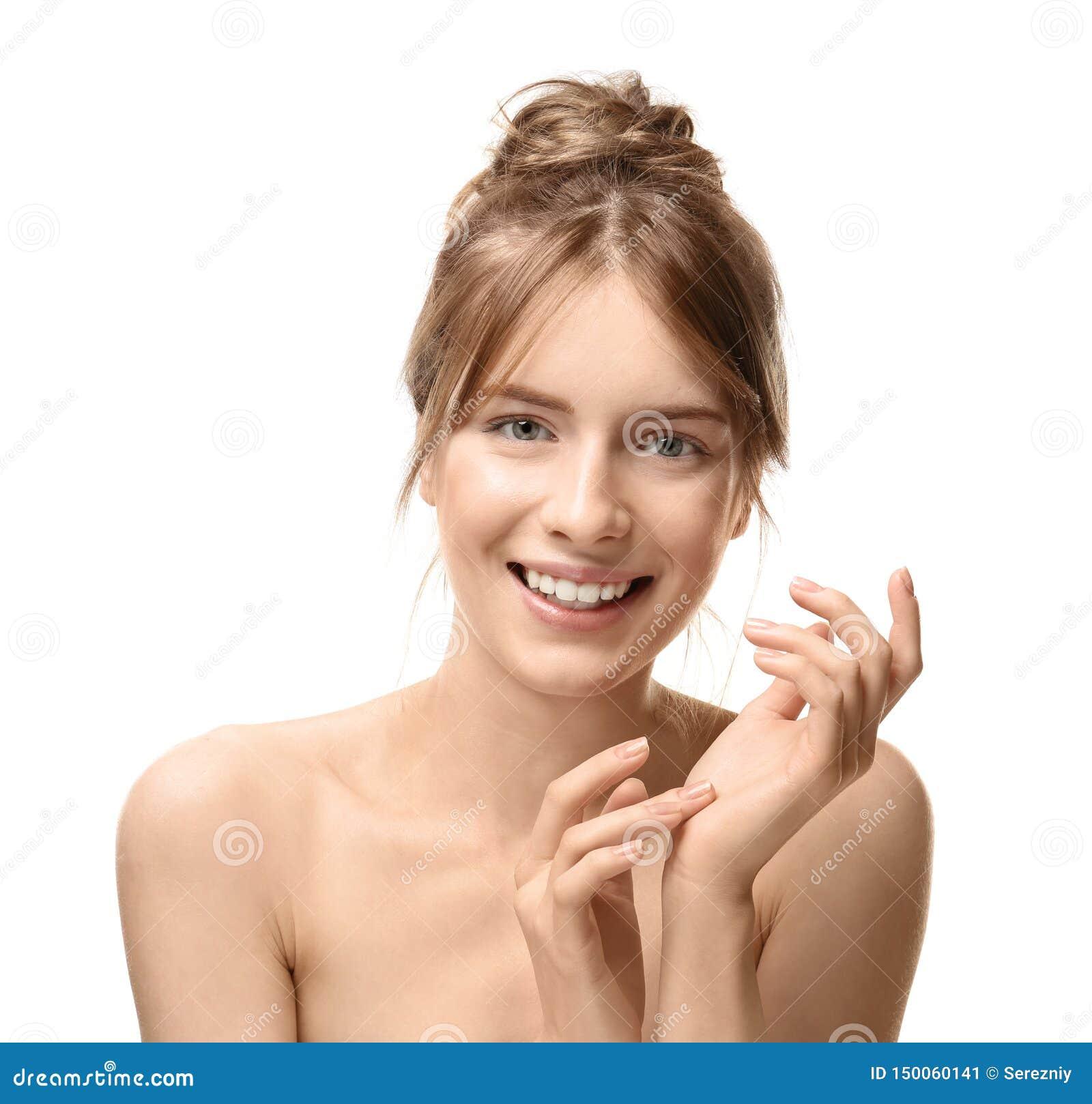 Mooie jonge vrouw met zijdeachtige huid op witte achtergrond