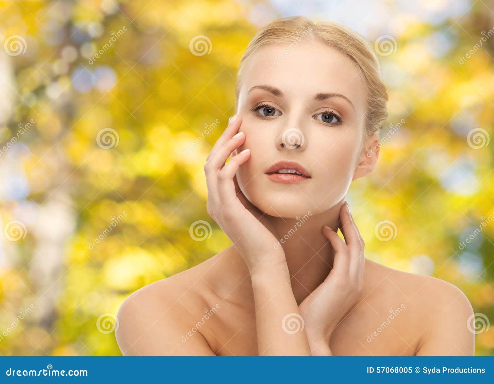 Mooie jonge vrouw wat betreft haar gezicht