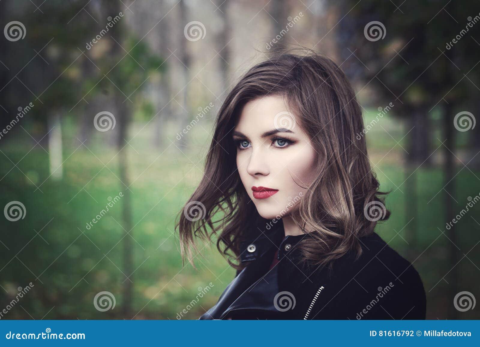Mooie Jonge Vrouwenmannequin Walking in het Park