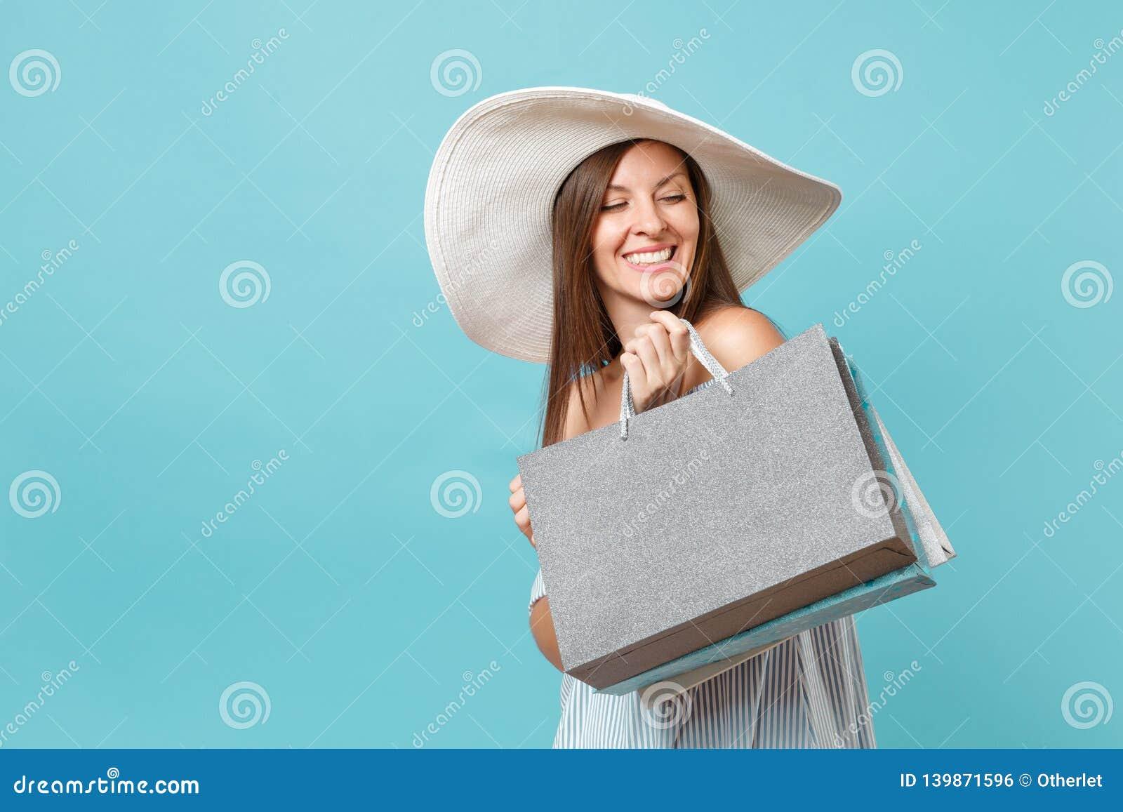 Mooie Kaukasische vrouw van de portret de modieuze elegante manier in de zomerkleding, witte grote brede de hoedenholding van de