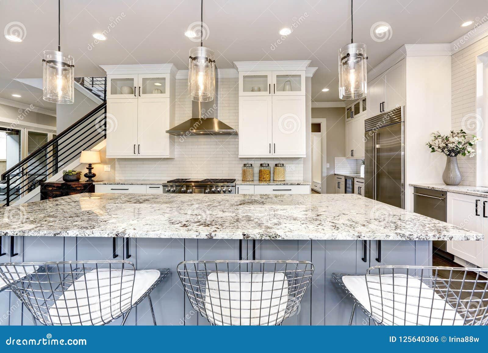 Mooie keuken in binnenland van het luxe het moderne huis met eiland