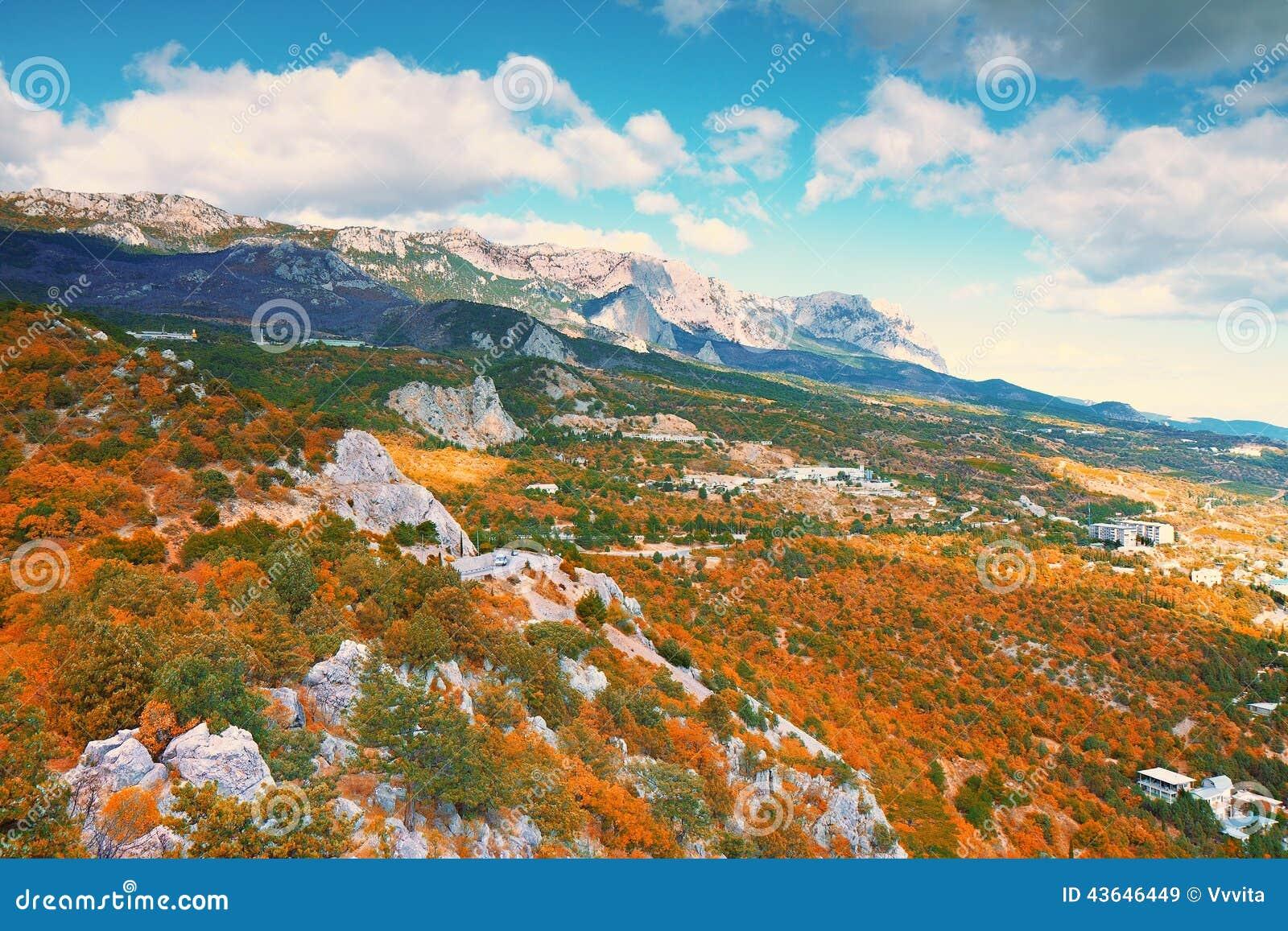 Mooie kleurrijke de herfstflank van heuvel