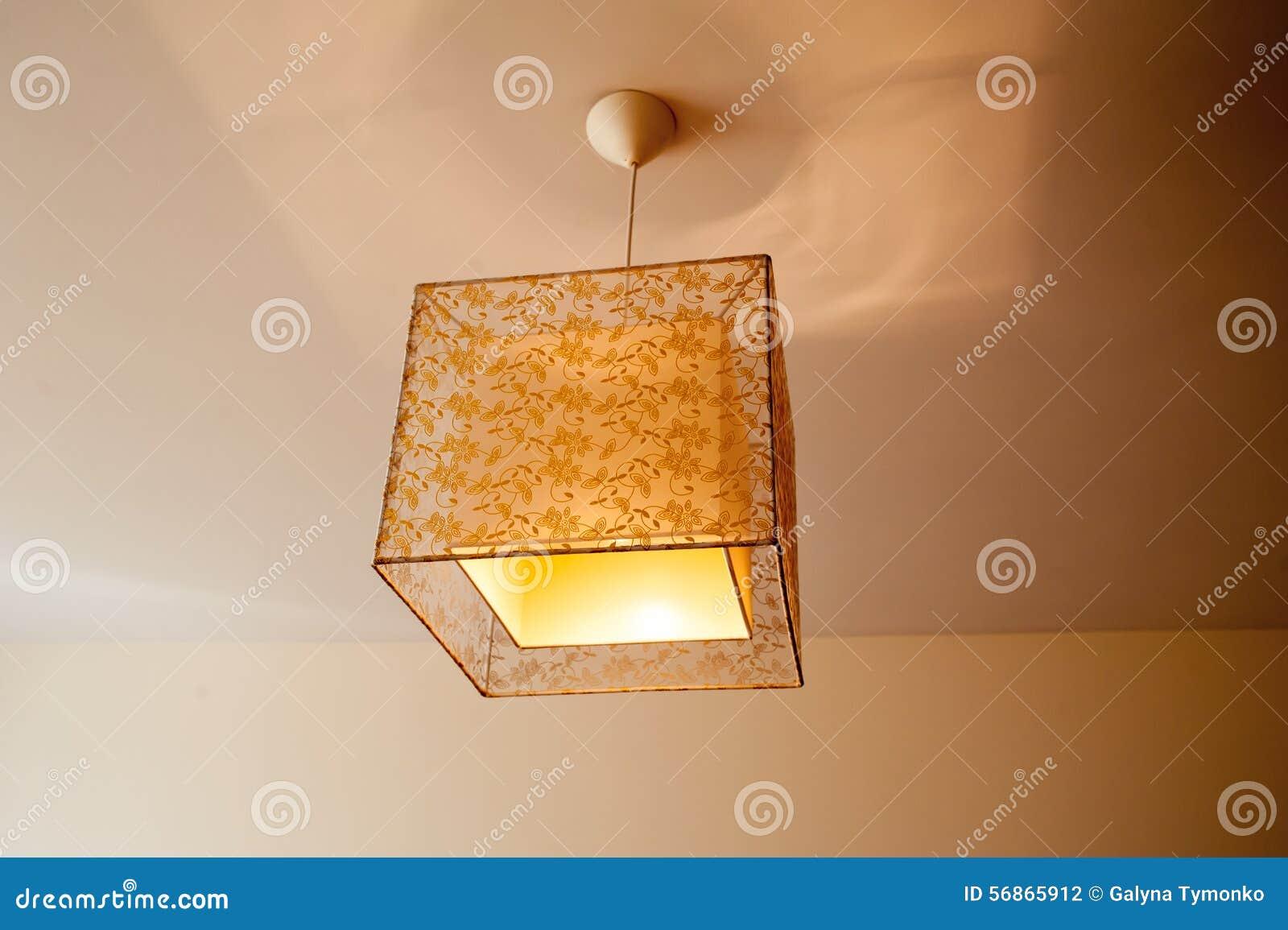 Slaapkamer Lamp Plafond : Mooie lamp op het plafond in de slaapkamer stock foto afbeelding