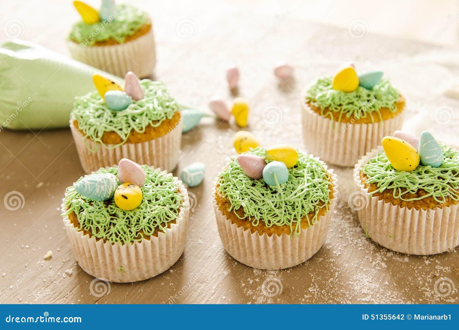 Mooie leuke pasen cupcakes met pasen decoratie stock foto for Decoratie cupcakes