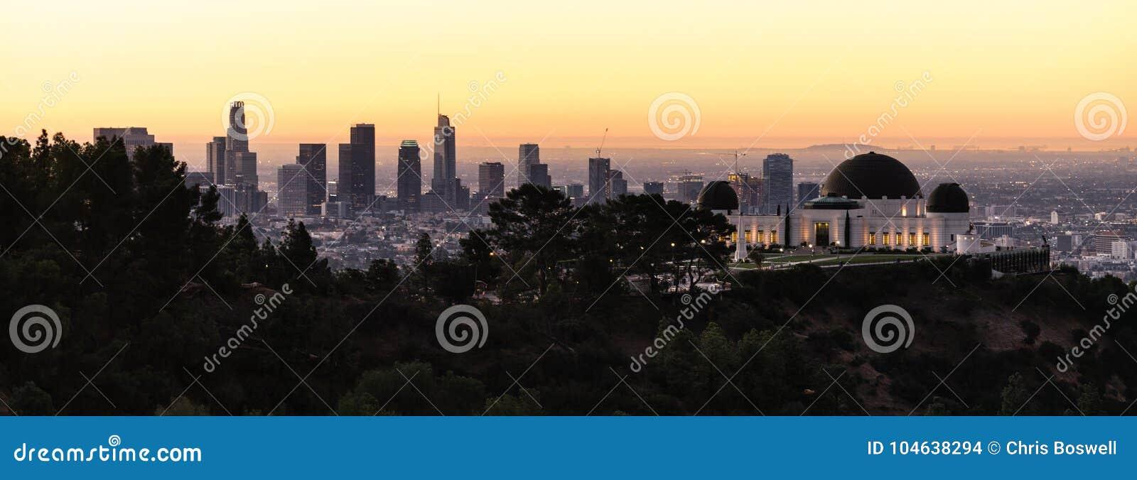 Download Mooie Lichte De Stadshorizon Van De Binnenstad Stedelijke Metropol Van Los Angeles Stock Foto - Afbeelding bestaande uit hollywood, aantrekkelijkheid: 104638294