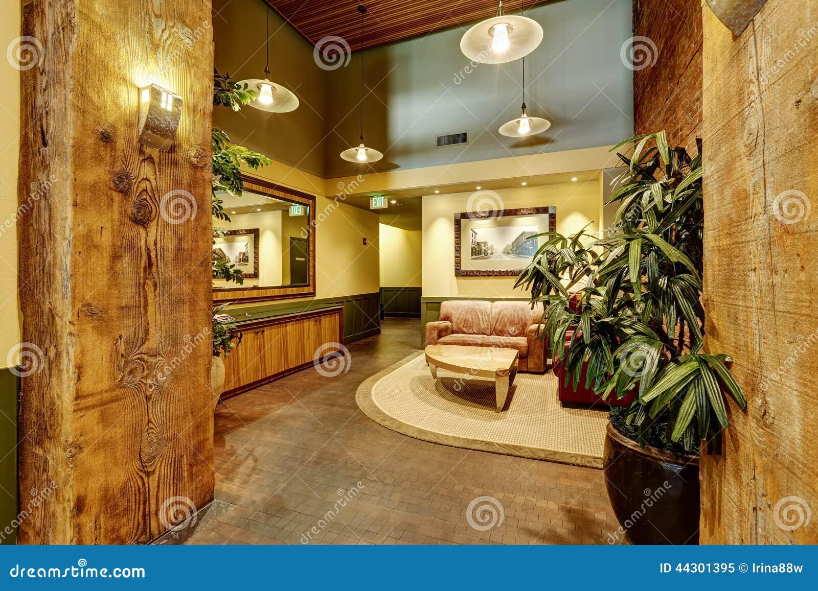 Mooie lounge met baksteen en houten versiering eigentijdse