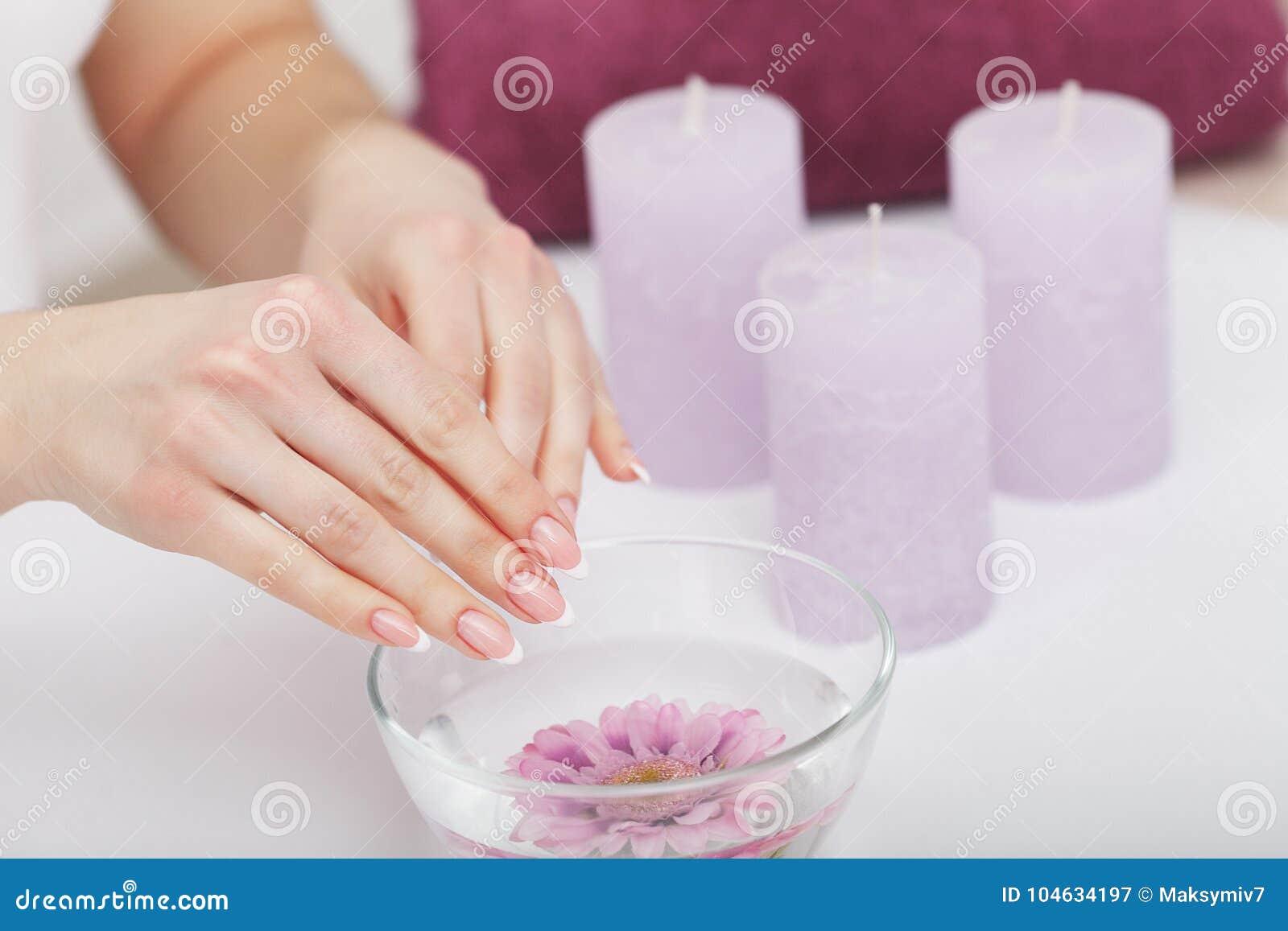 Download Mooie Manicure Met Orchidee, Kaars En Handdoek Op Witte Wo Stock Afbeelding - Afbeelding bestaande uit handdoek, geur: 104634197