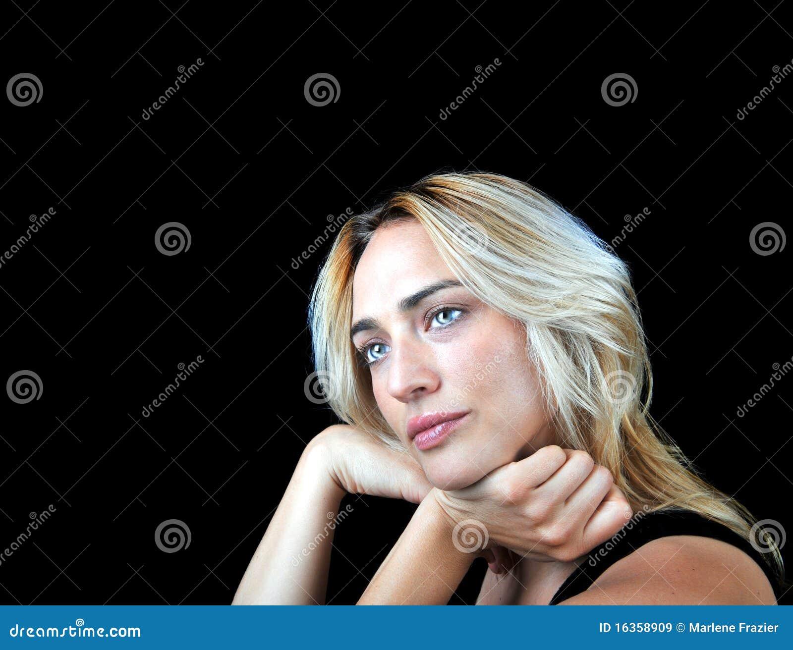 Mooie medelevende vrouw op zwarte achtergrond.