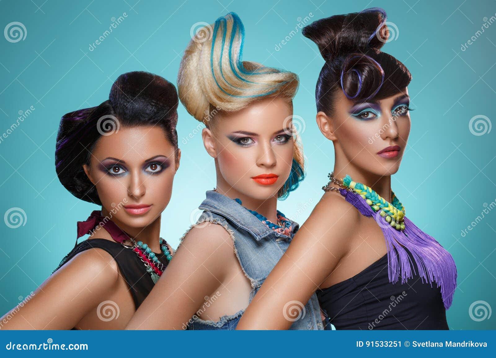 Mooie meisjes met buitensporige kapsels en levendige make-up