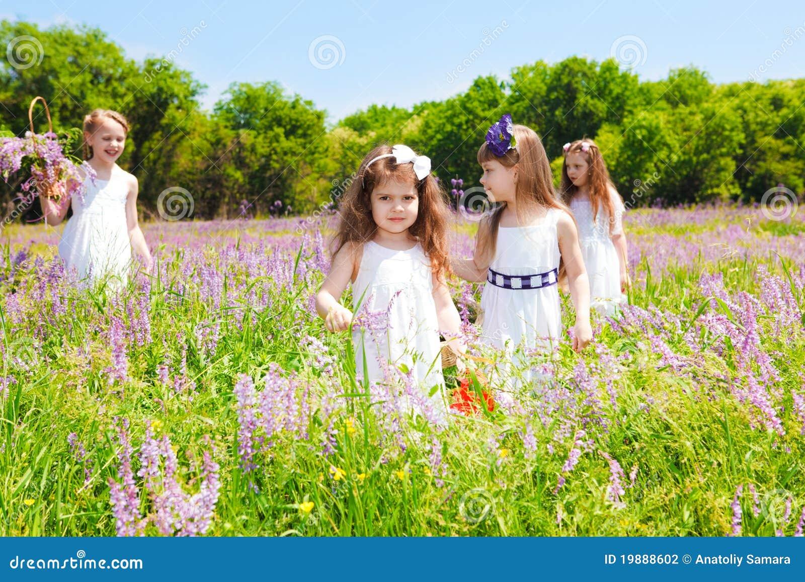 Mooie meisjes in witte kleding