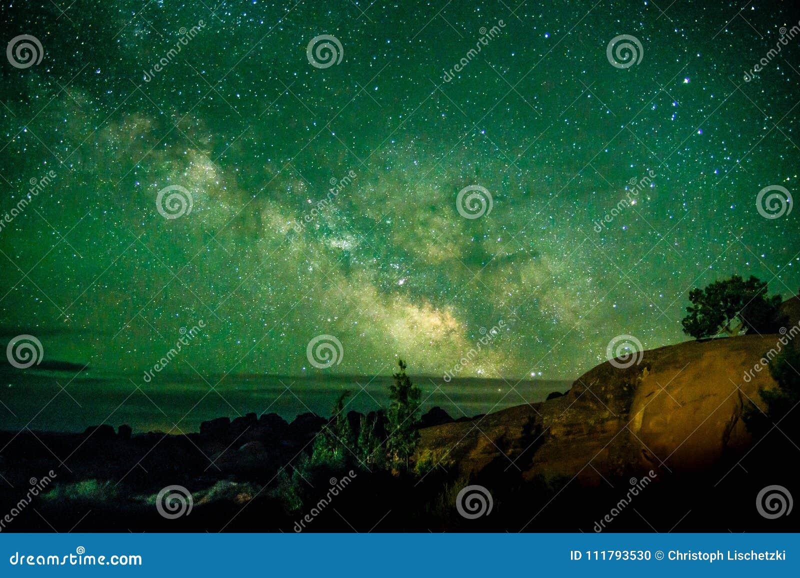 Mooie Melkachtige die manier bij Bogen Nationaal Park Utah wordt geschoten de V.S. Van de het lage lichtverontreiniging van Utah