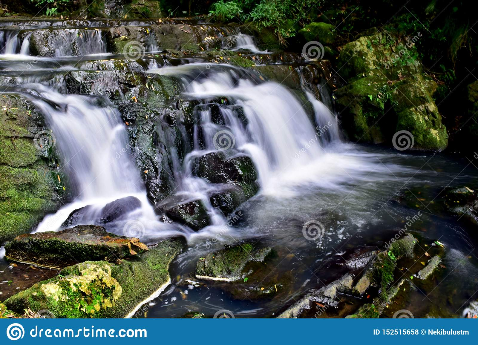 Mooie Melkachtige witte Waterval die natuurlijke schoonheid tonen