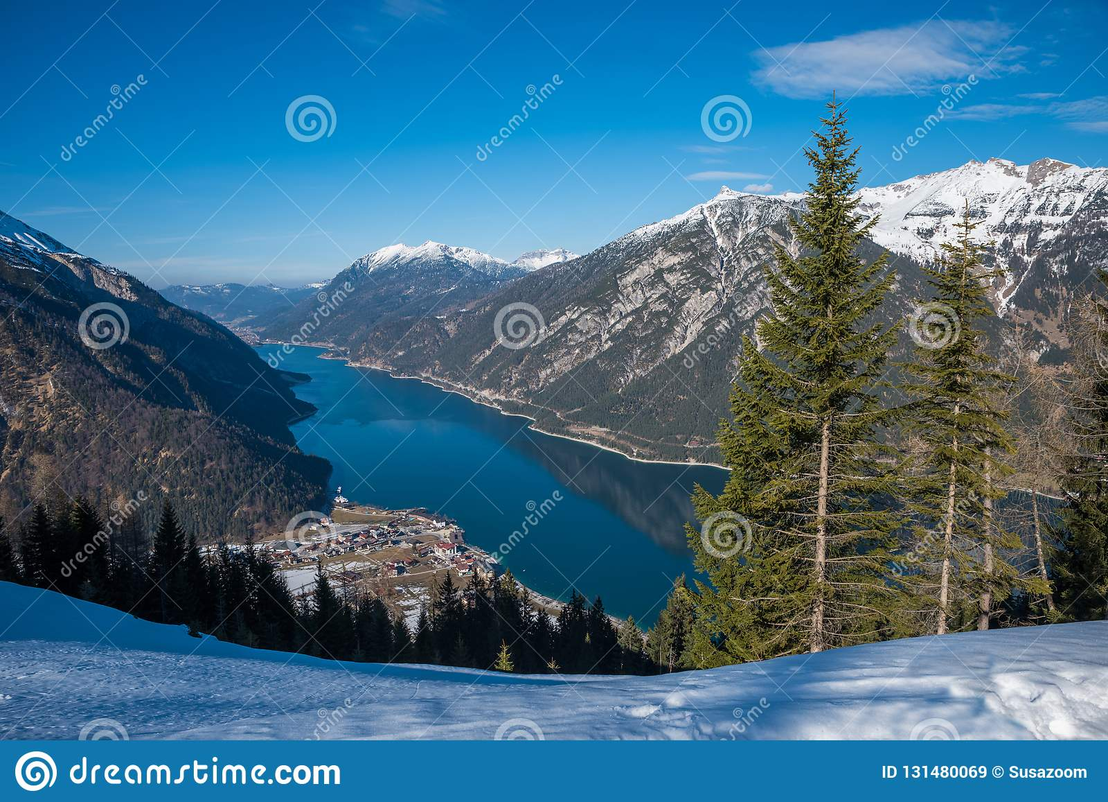 Mooie mening aan meerachensee en pertisau, de winterlandschap Oostenrijk Tirol Blauwe hemel met exemplaarruimte