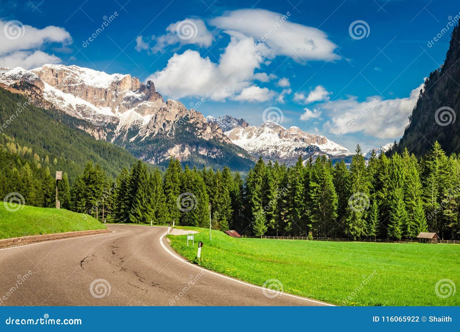 Mooie mening aan weg in Dolomiet, Alpen, Italië