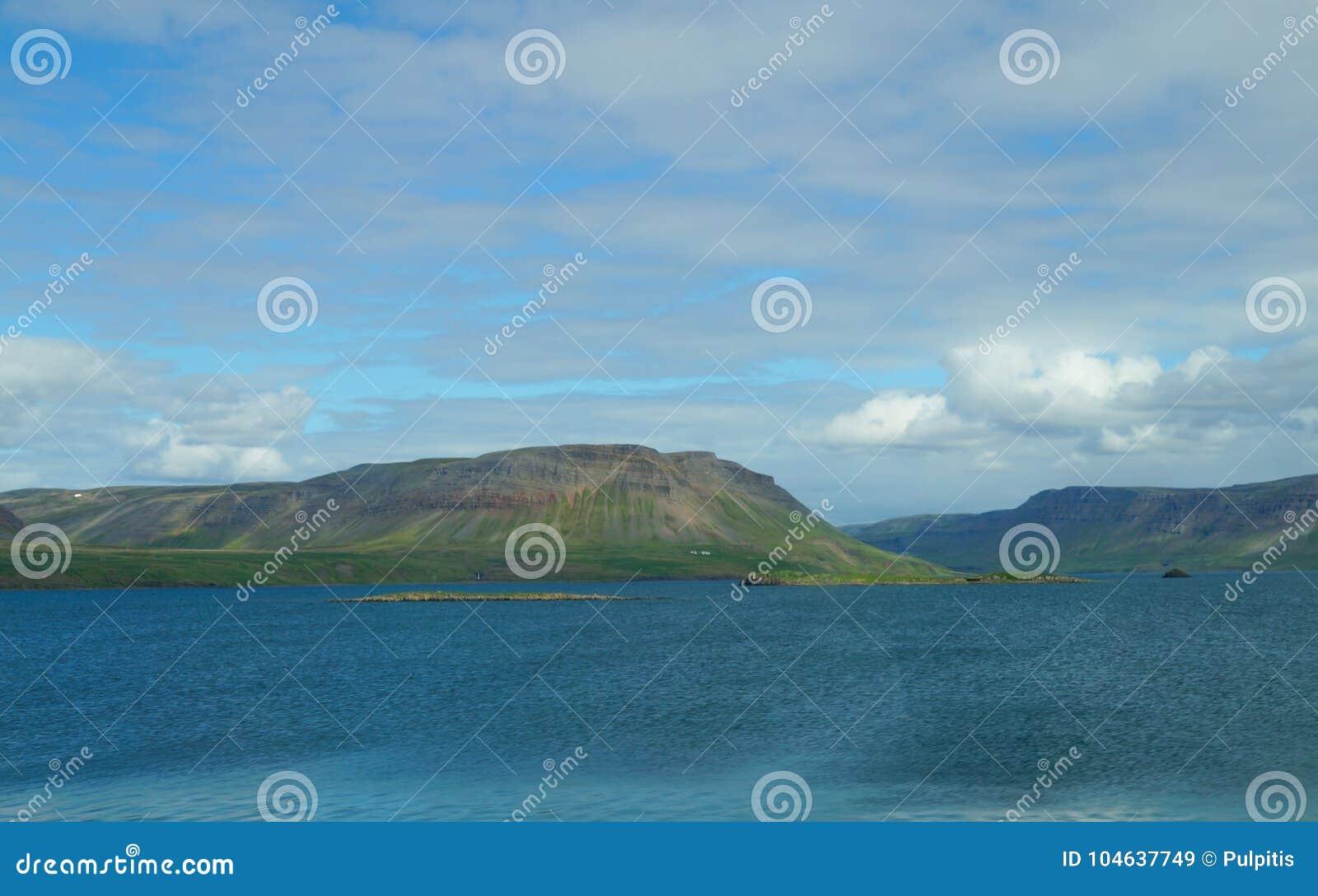 Download Mooie Mening In De Zomer, IJsland Stock Afbeelding - Afbeelding bestaande uit nave, europa: 104637749