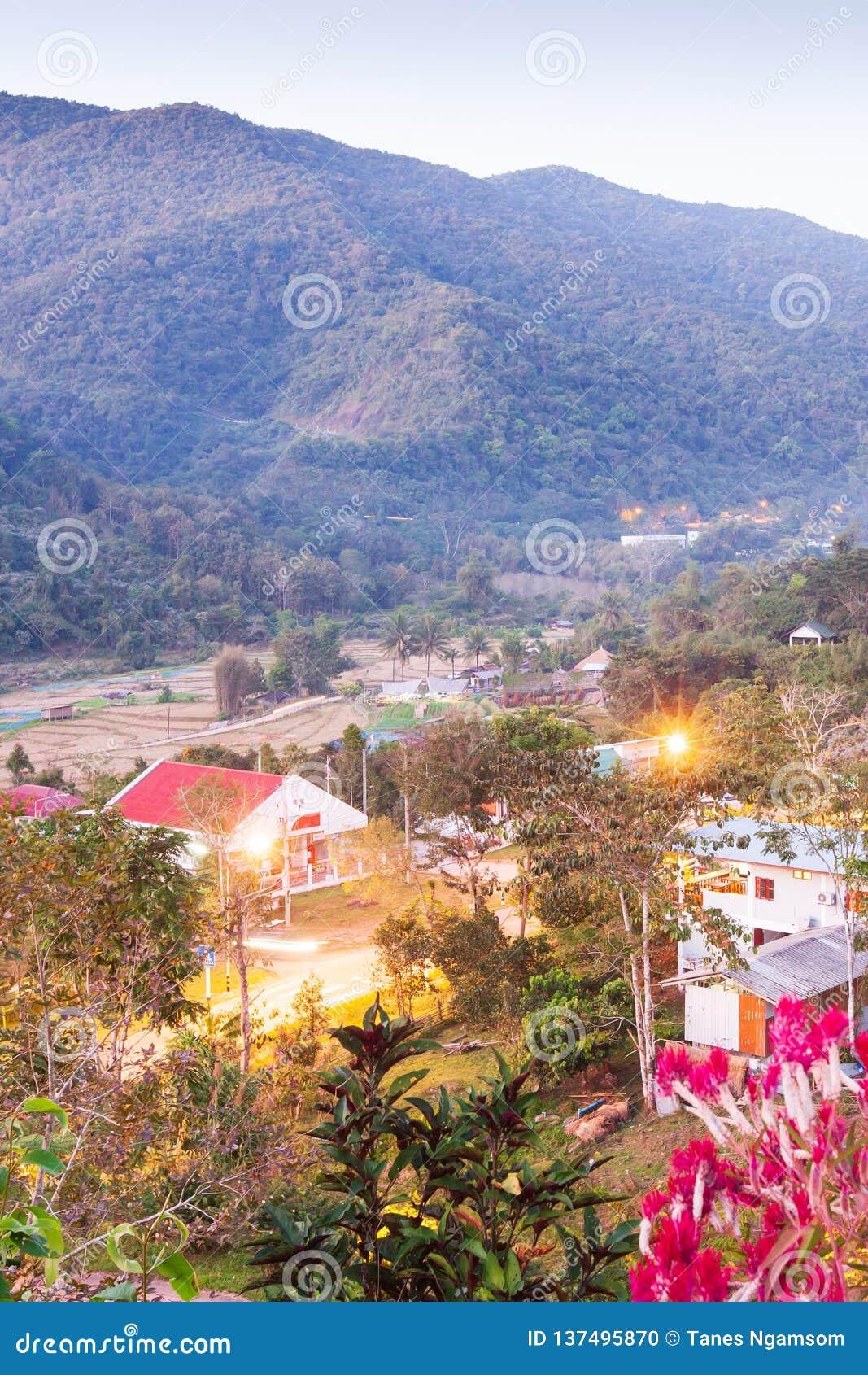 Mooie mening, het District van BO Kluea bij schemering, bergenachtergronden Het district is natuurlijk zoutwater twee gegroeid He