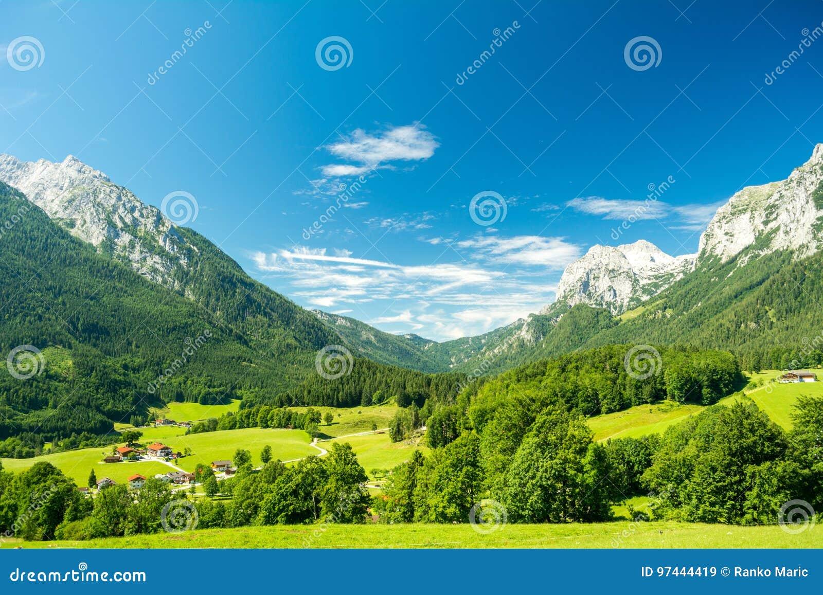 Mooie mening van aard en bergen dichtbij Konigssee-meer, Beieren, Duitsland