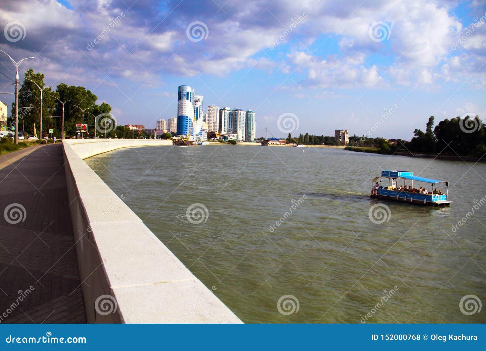 Mooie mening van de architectuur van de avondstad, de rivier en de drijvende boot