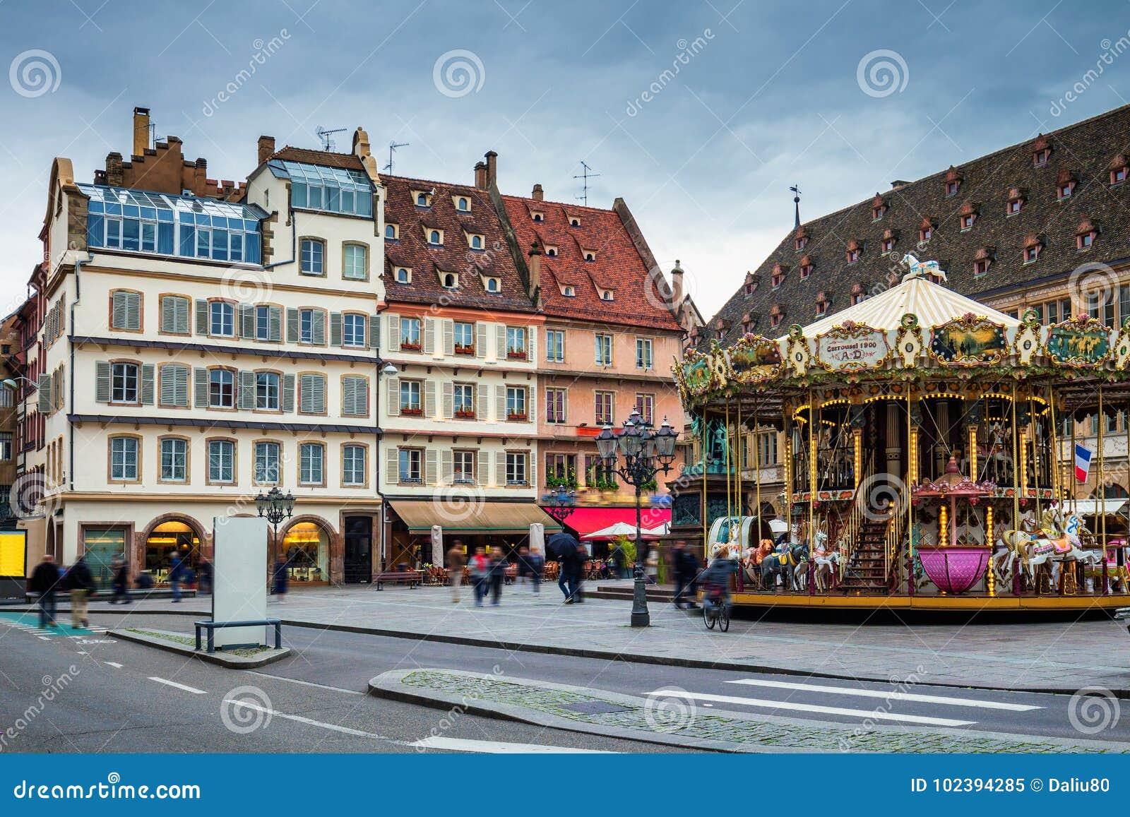 Mooie mening van de historische stad van Straatsburg, kleurrijke hous