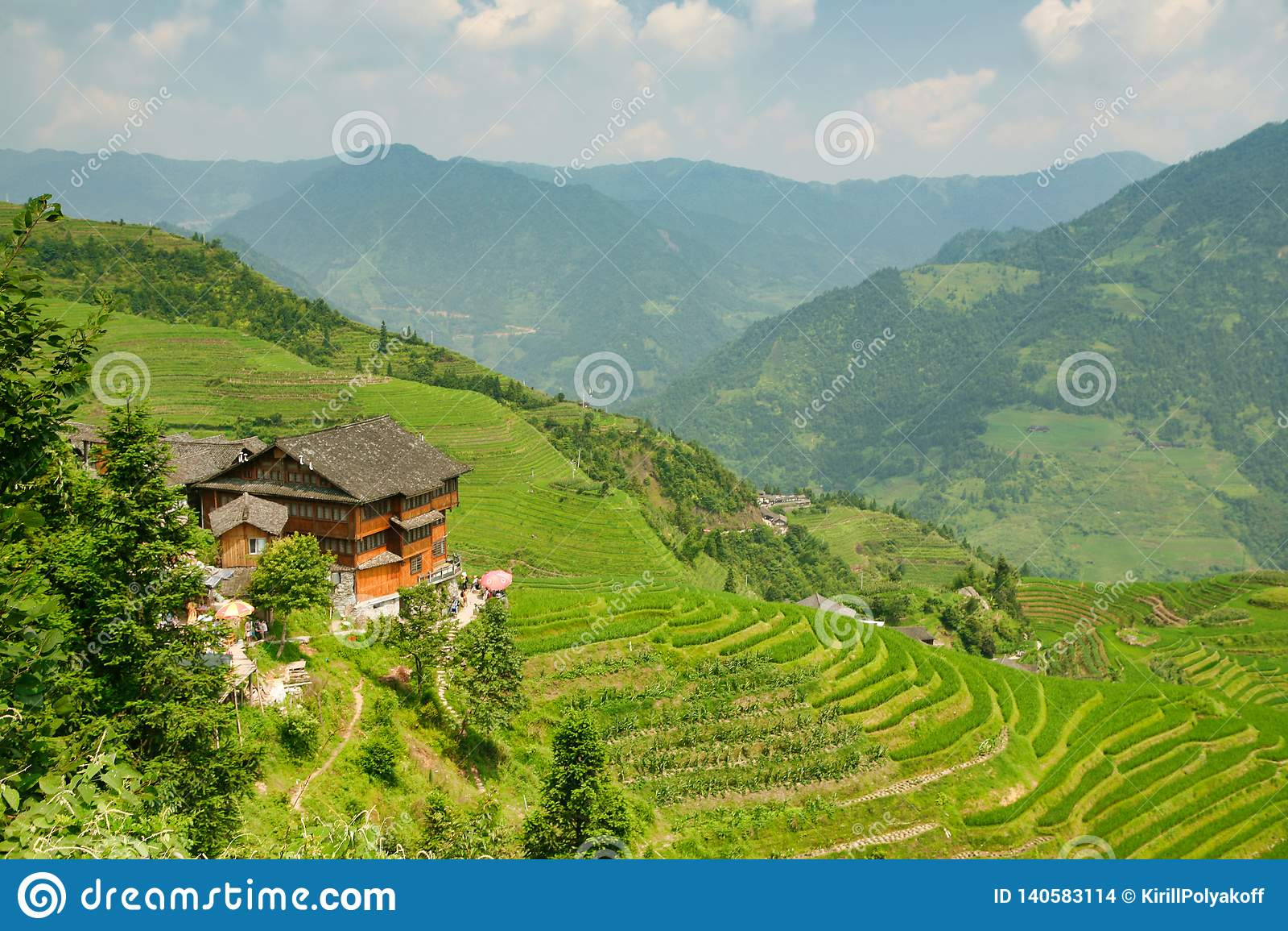 Mooie mening van de huizen van het dorp van Dazhay, rijstterrassen en bergen