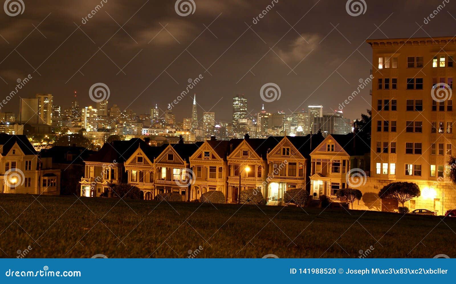 Mooie mening van Geschilderde Dames, kleurrijke Victoriaanse huizen op een rij in de avond in San Francisco/Californië, de V.S.