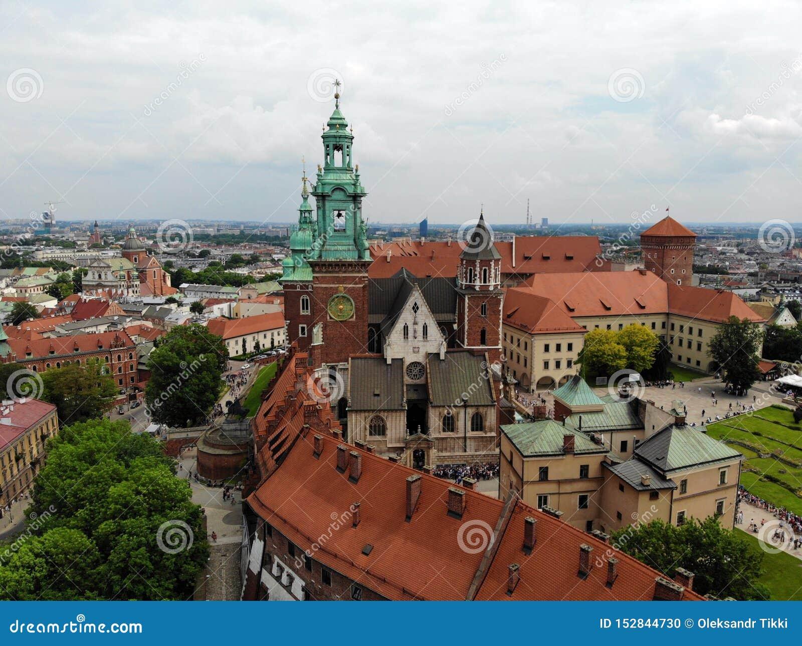 Mooie mening van hierboven Grote mening over het Wawel-kasteel, de parel van oud deel van de stad van Krakau Polen, Europa Hommel