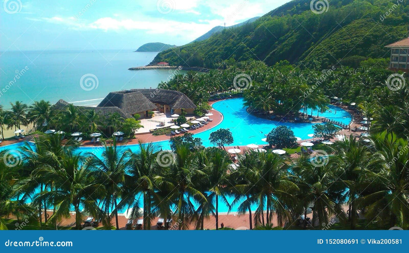 Mooie mening van hoogte van het hotelgrondgebied op het eiland