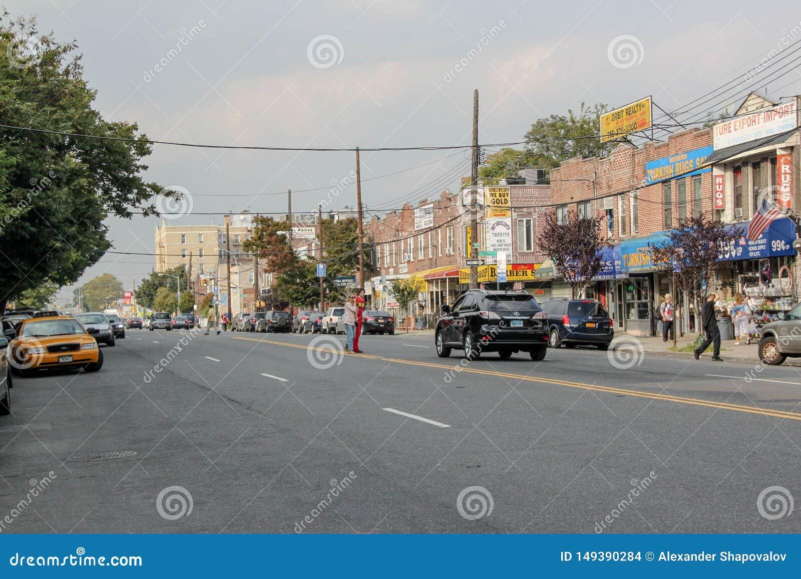 Mooie mening van straat in Brighton Beach-buurt Autoverkeer en mensenconcept New York De V.S.