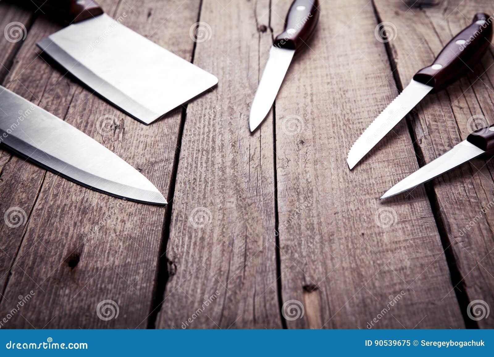 Mooie messen met houten handvat op een oude lijst keuken het koken
