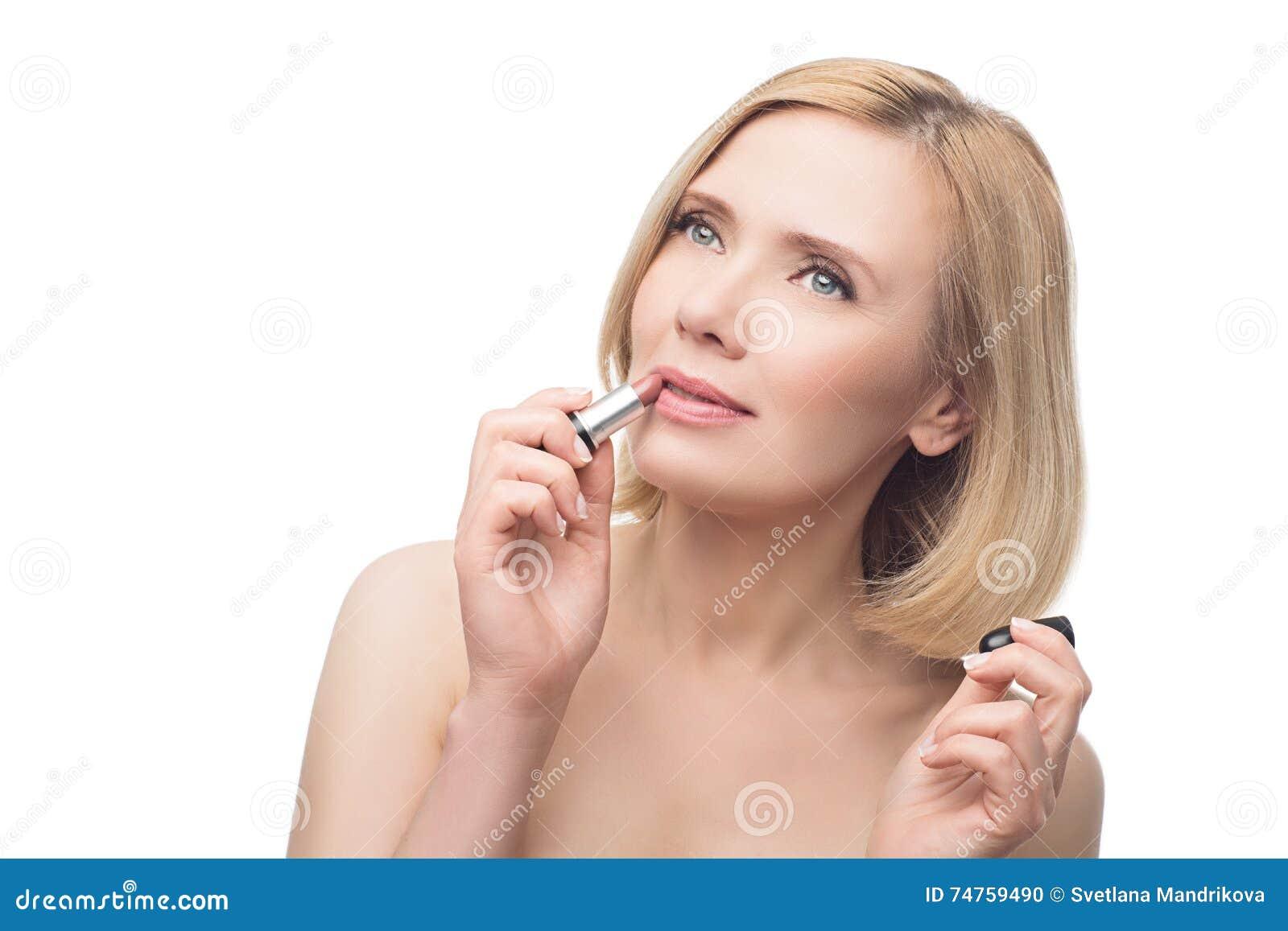 Mooie Midden Oude Vrouw Die Lippenstift Toepassen Stock Foto